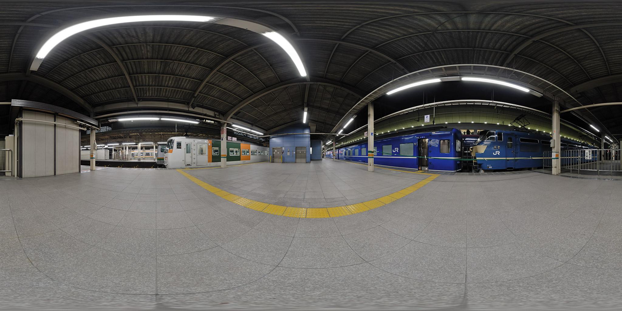東京駅10番線を発車する寝台特急「富士・はやぶさ」