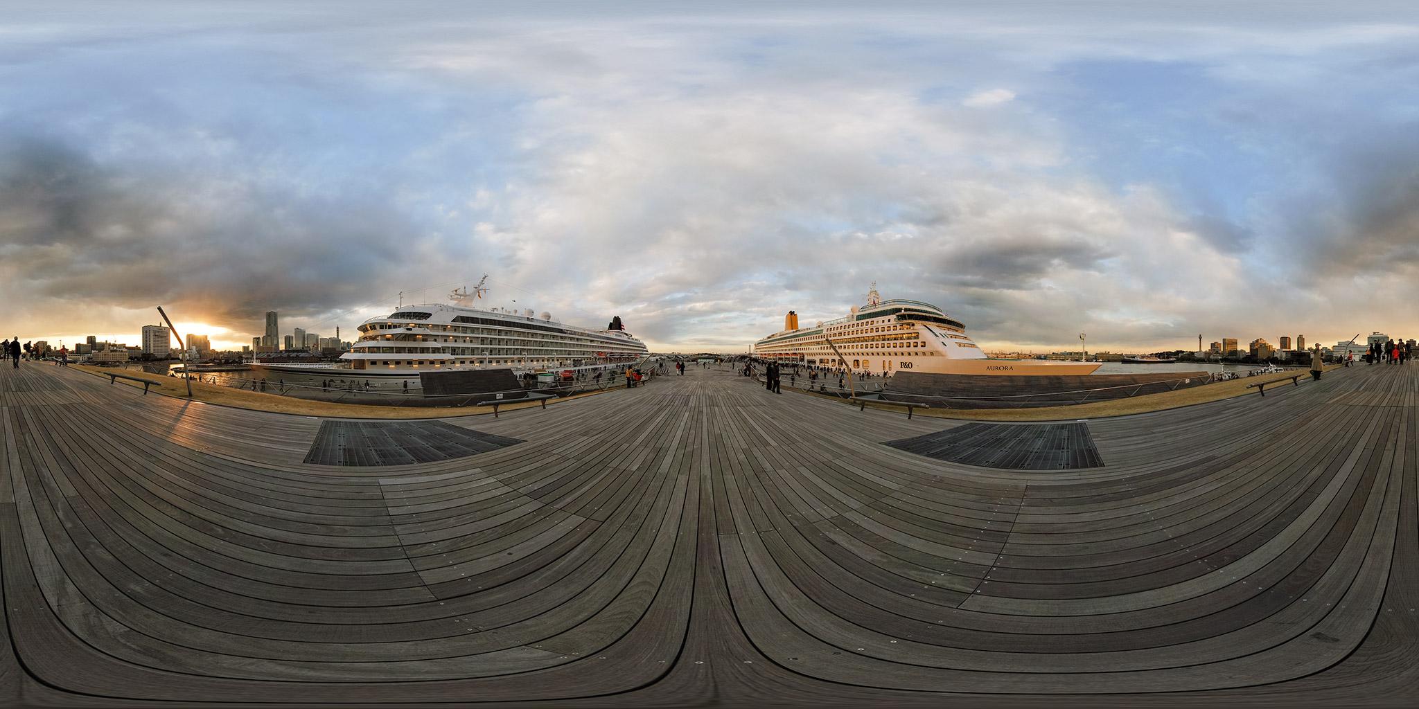 横浜港大さん橋に同時入港したオーロラと飛鳥2