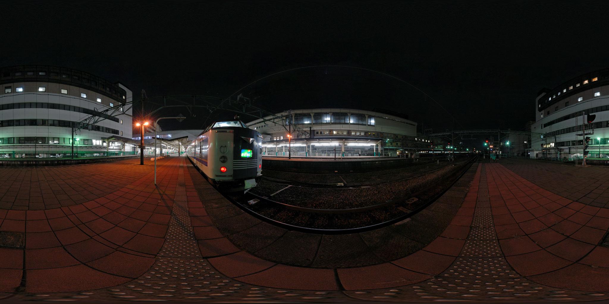 新潟駅に停車中の急行きたぐに(583系B4編成)