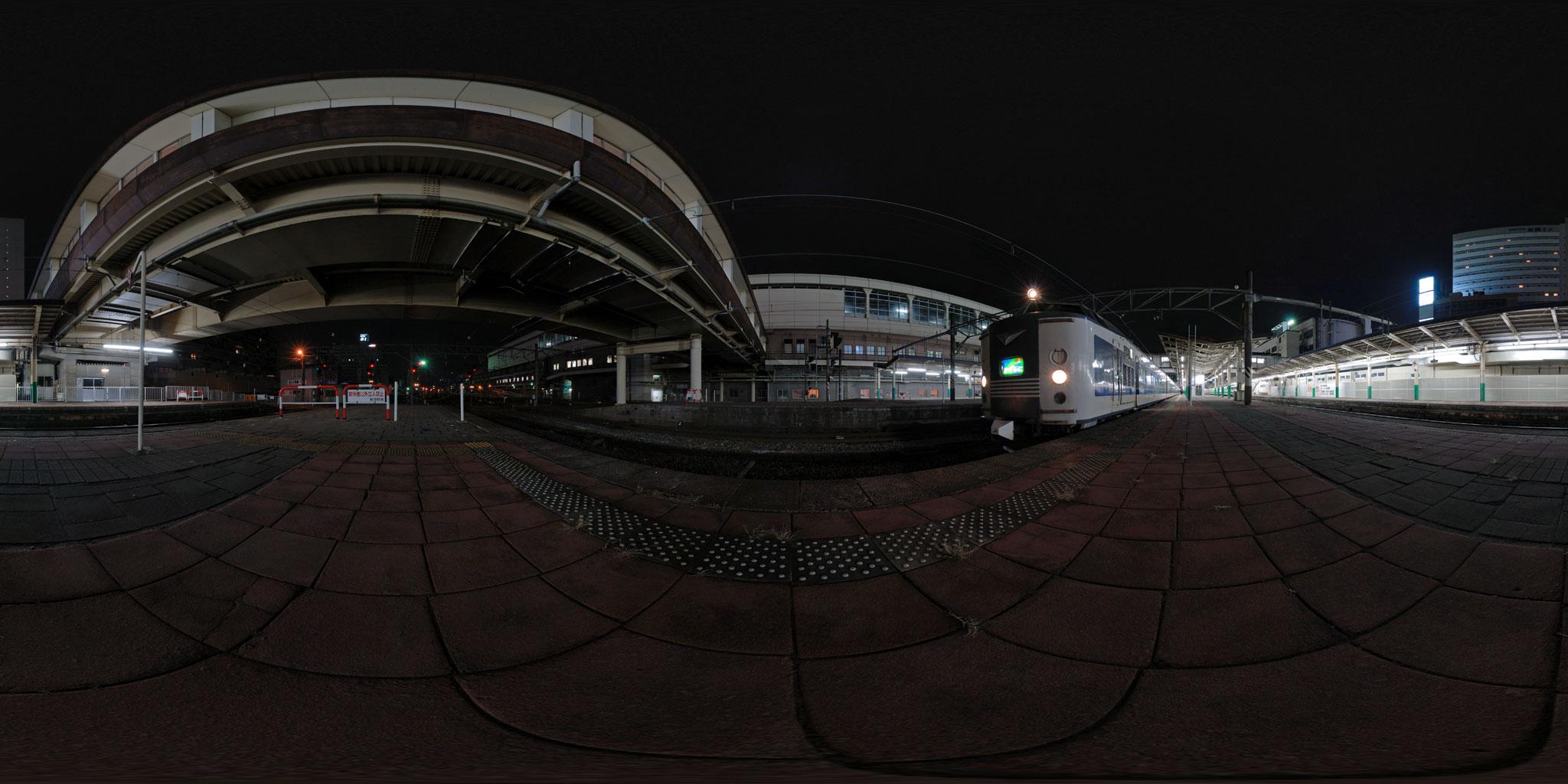 新潟駅を出発する急行きたぐに(583系B4編成)