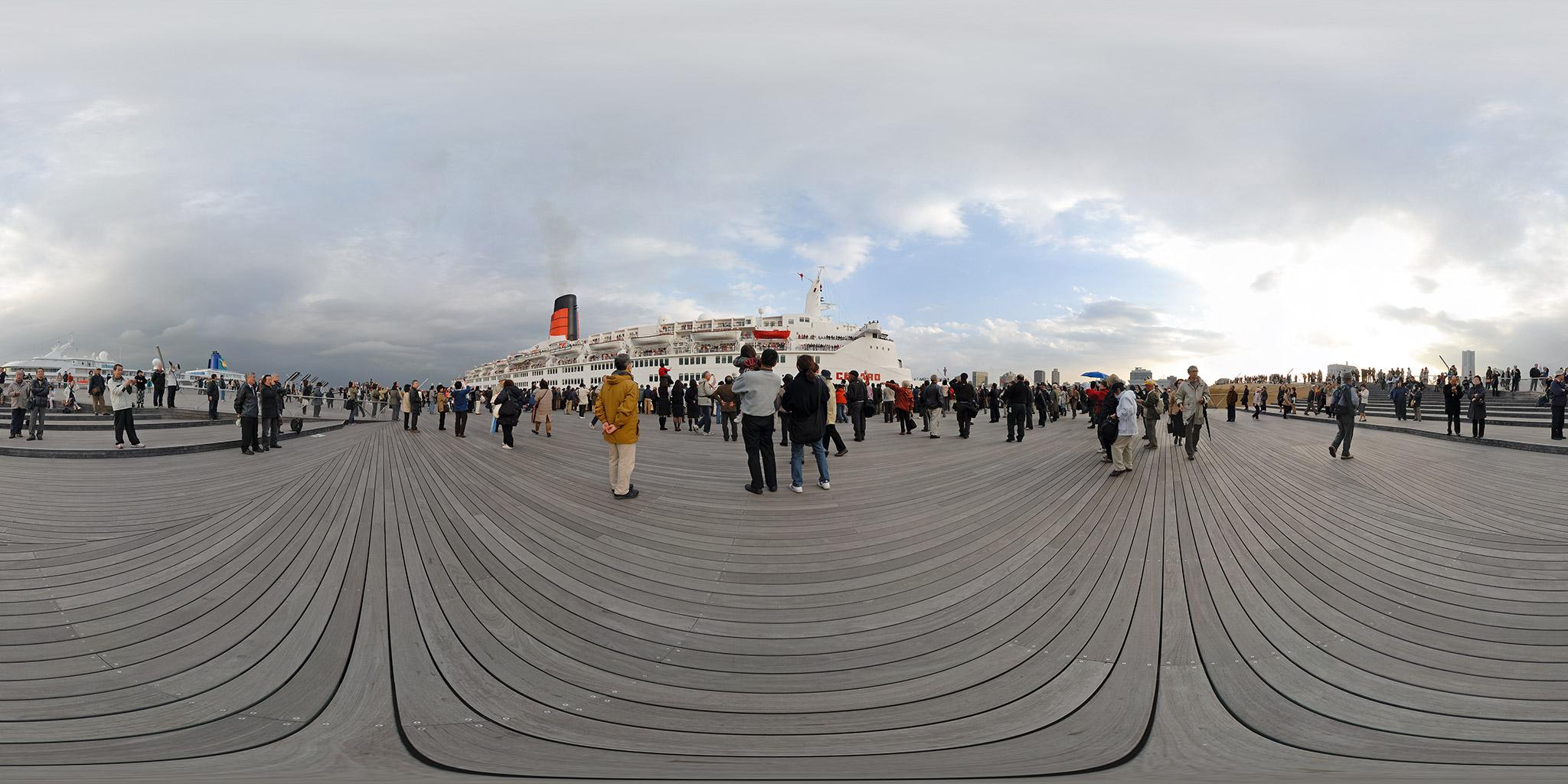 横浜港大さん橋を出港するクイーン・エリザベス2