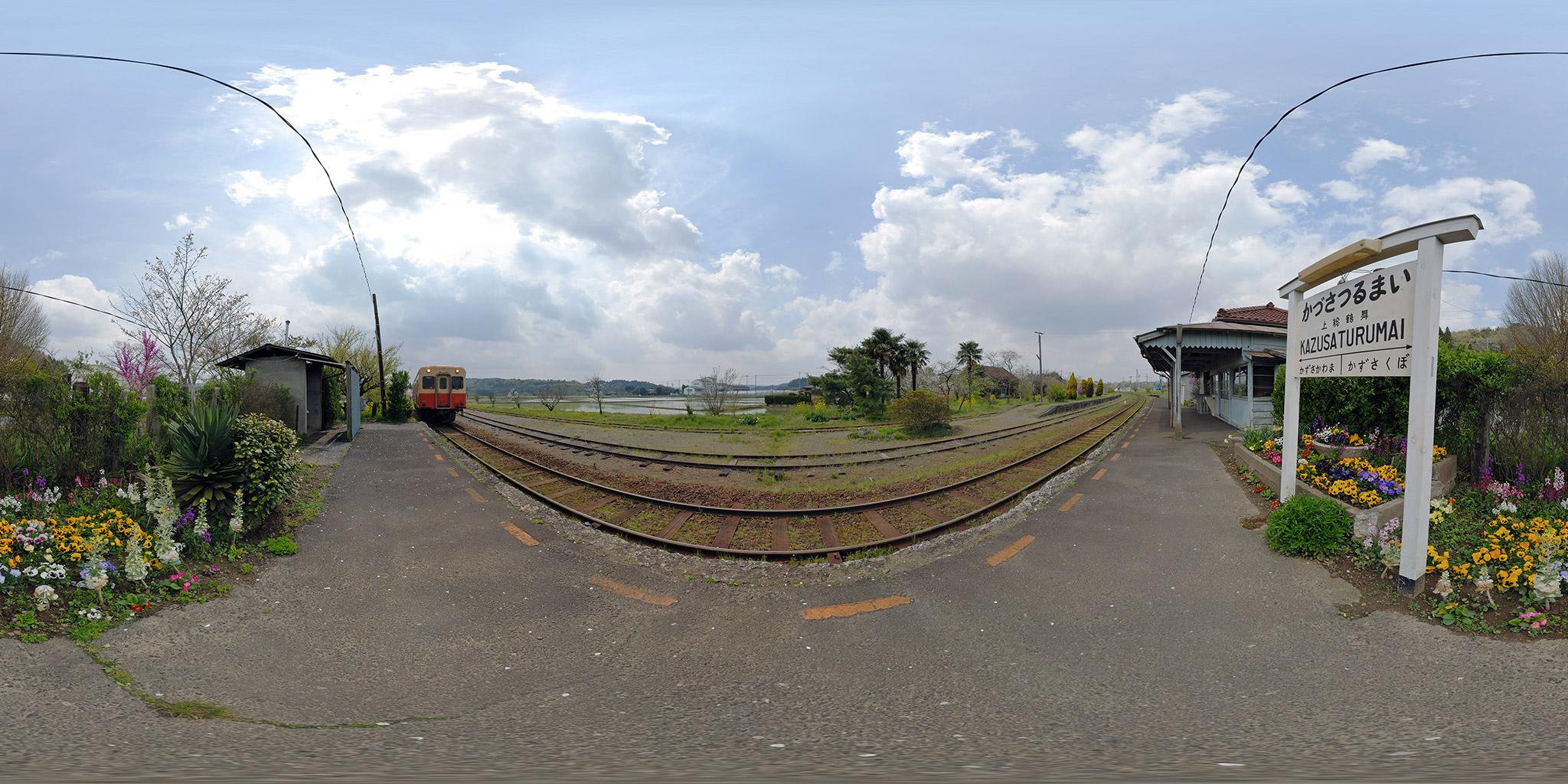 上総鶴舞駅の駅舎と全景