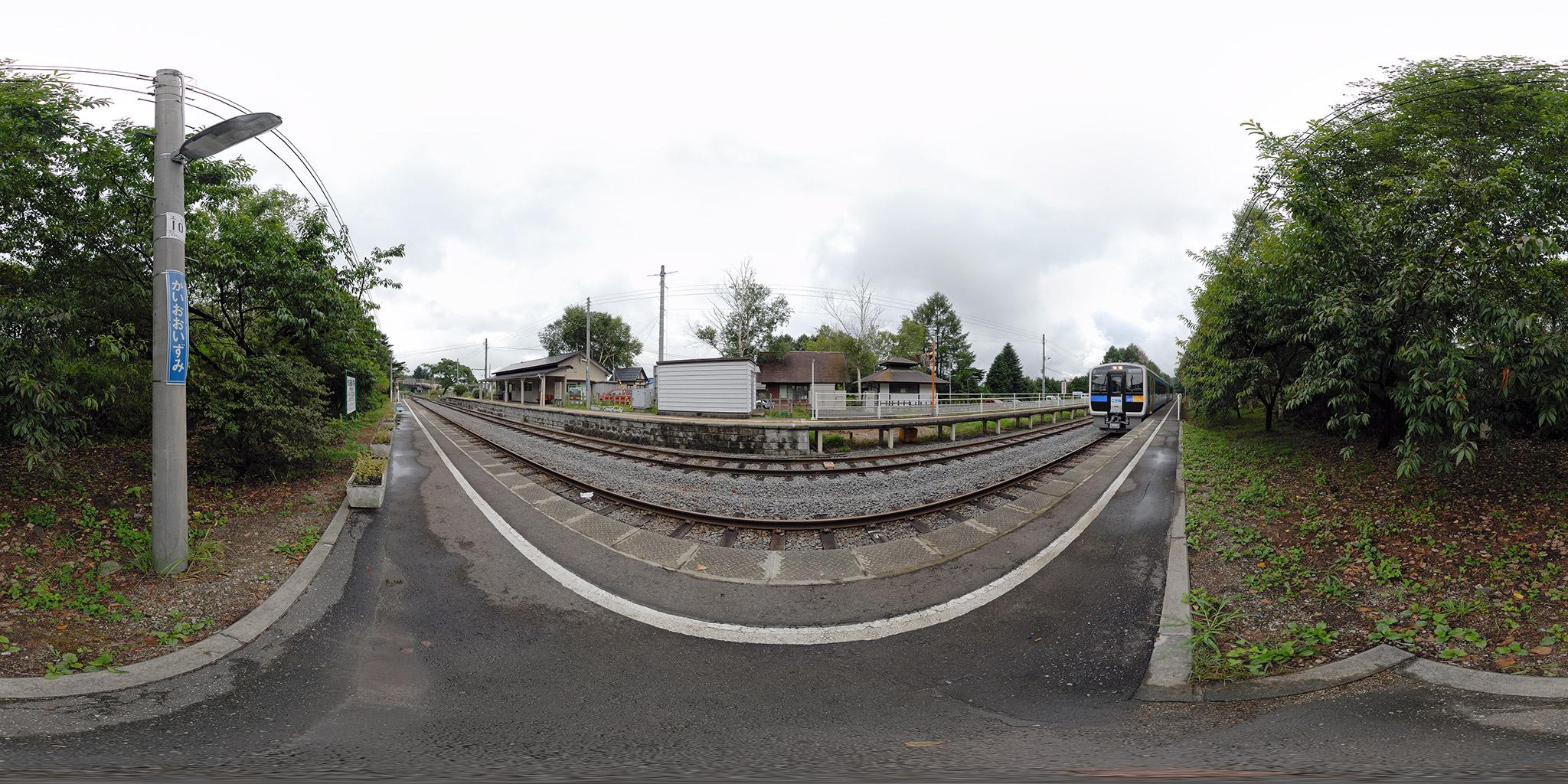 小海線甲斐大泉駅に到着するキハE200