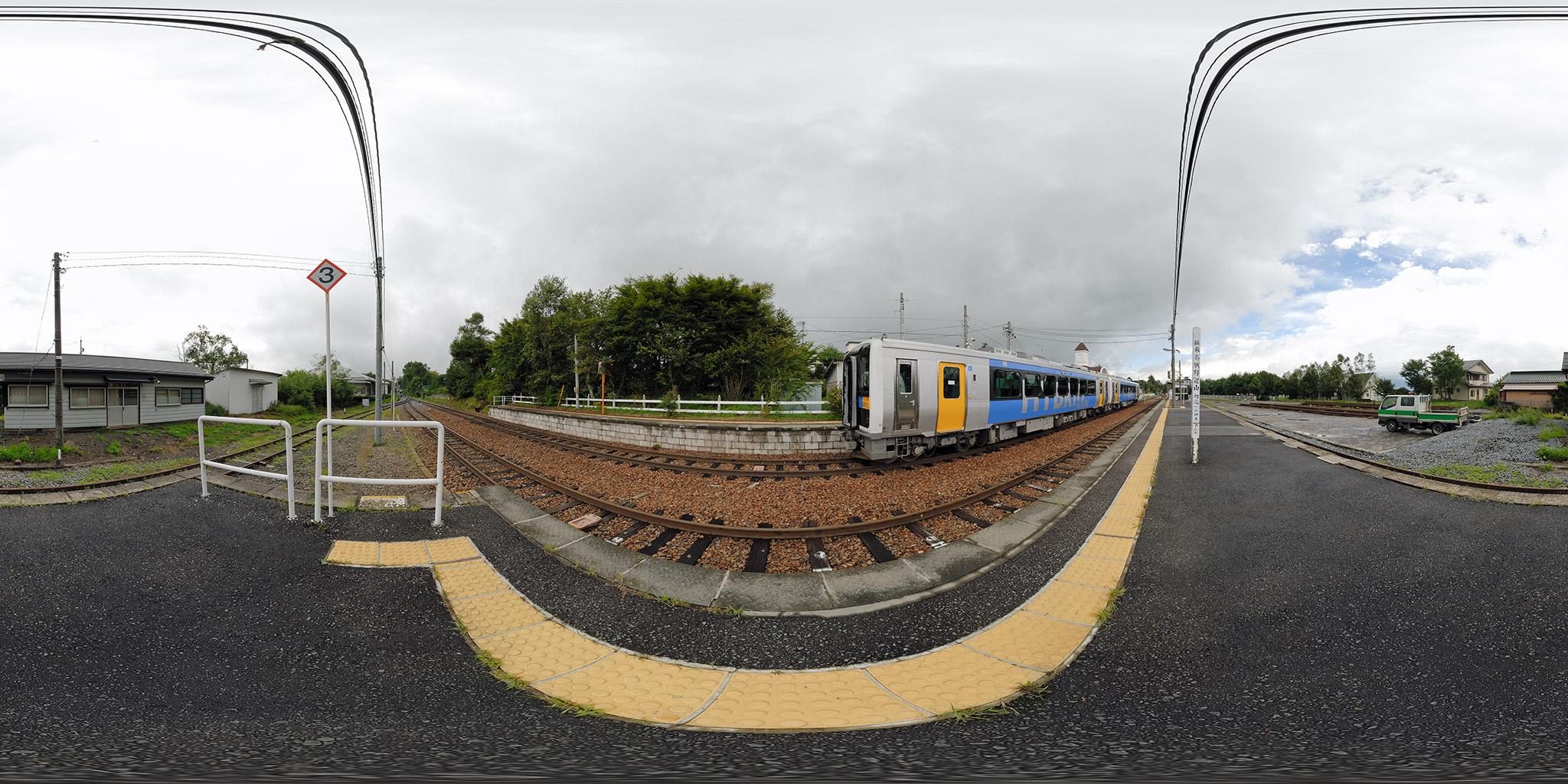 小海線野辺山駅を発車するキハE200