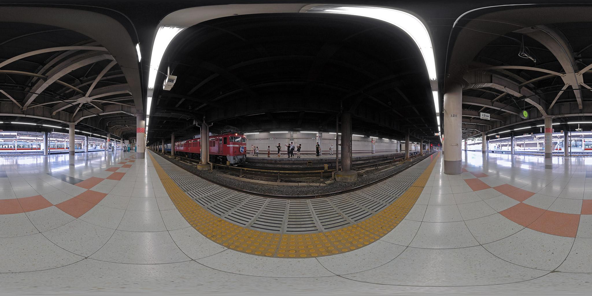 上野駅を出発する臨時列車「北斗星81号」