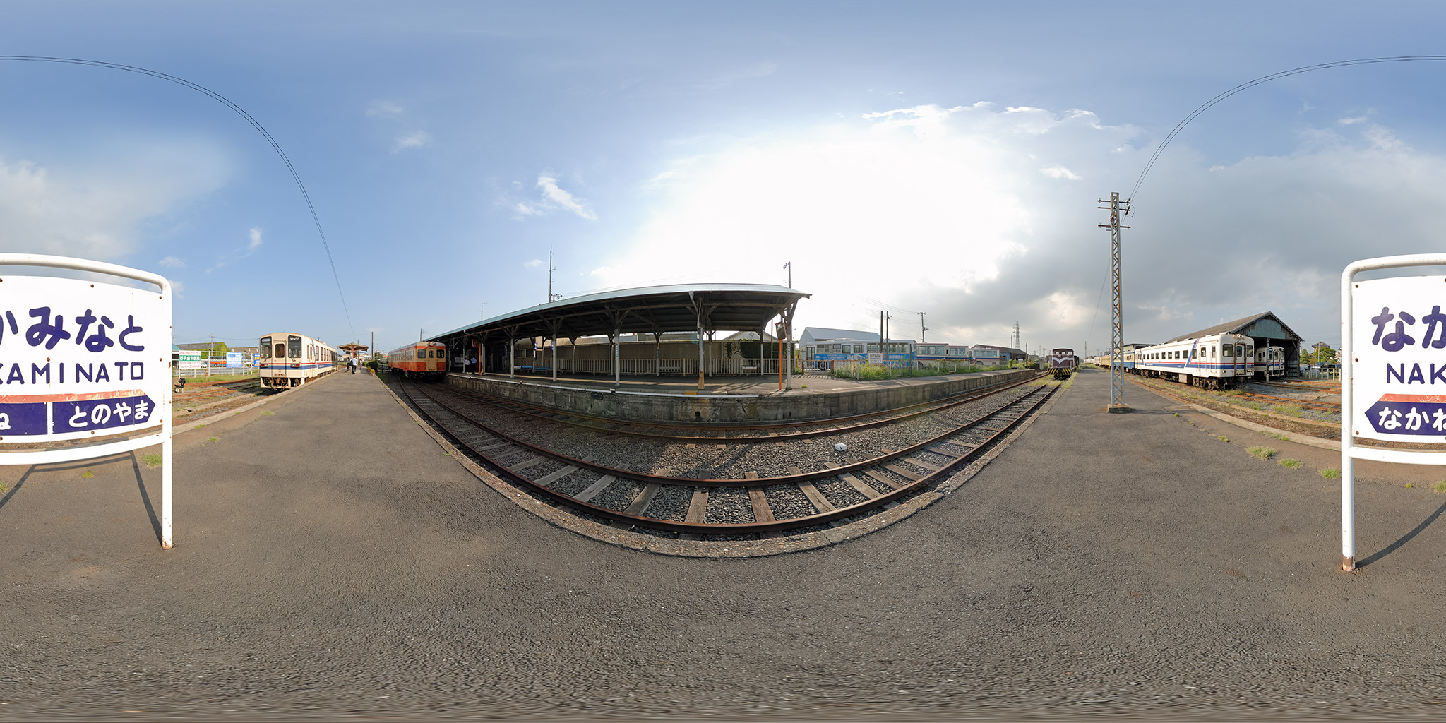 茨城交通時代の那珂湊駅で交換するキハ37100とキハ205