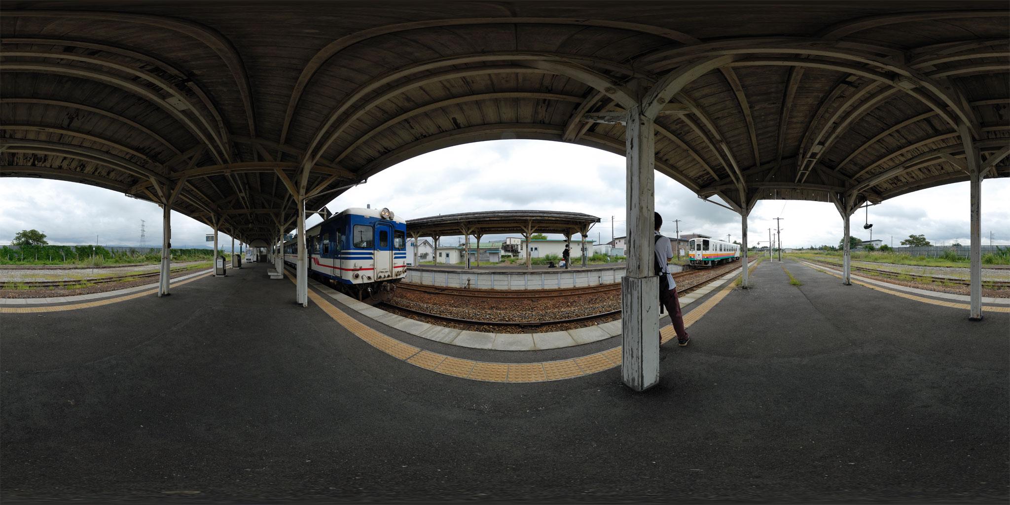 今泉駅を出発するキハ52 137