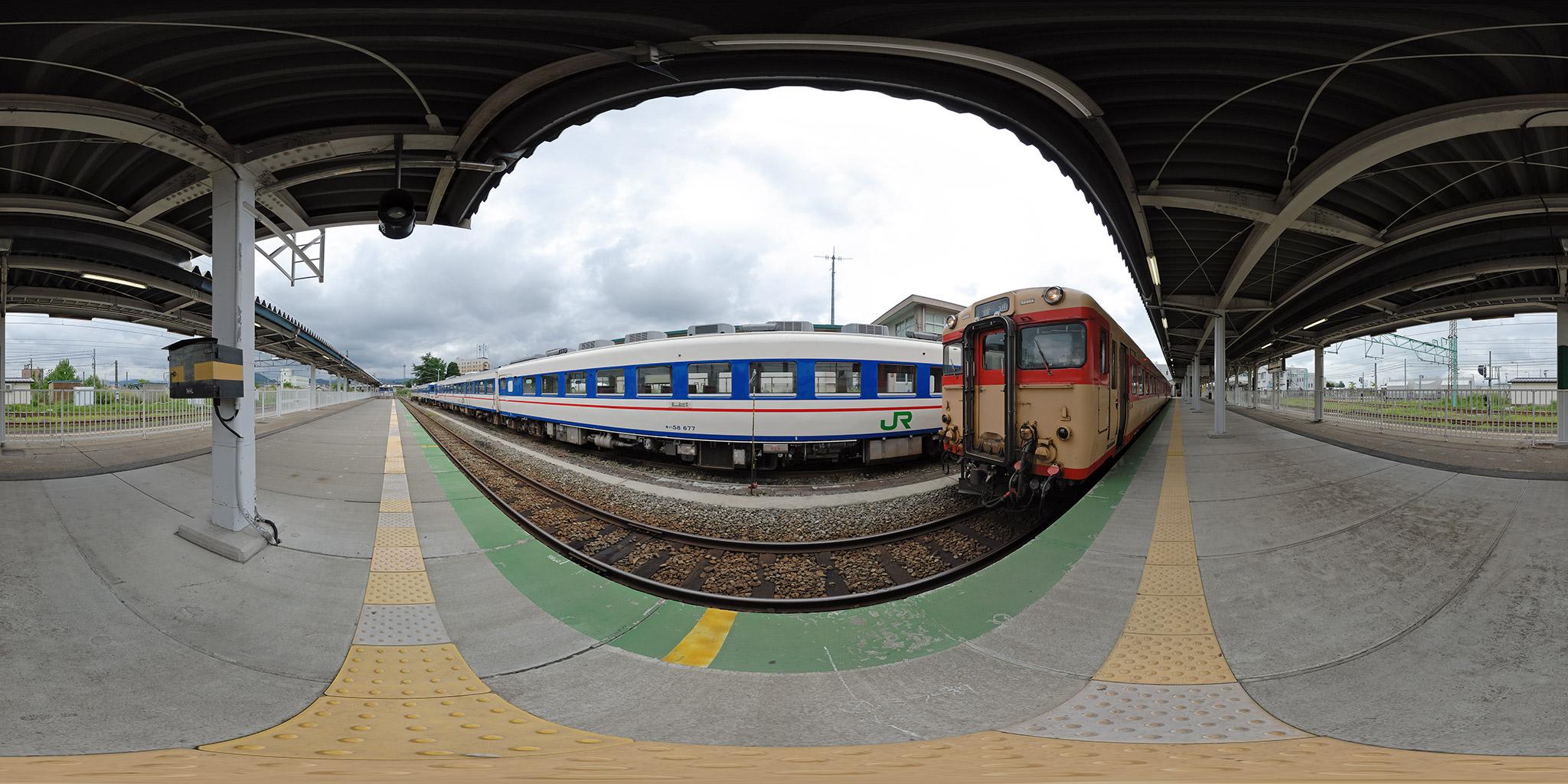 米沢駅を出発するキハ58 1022