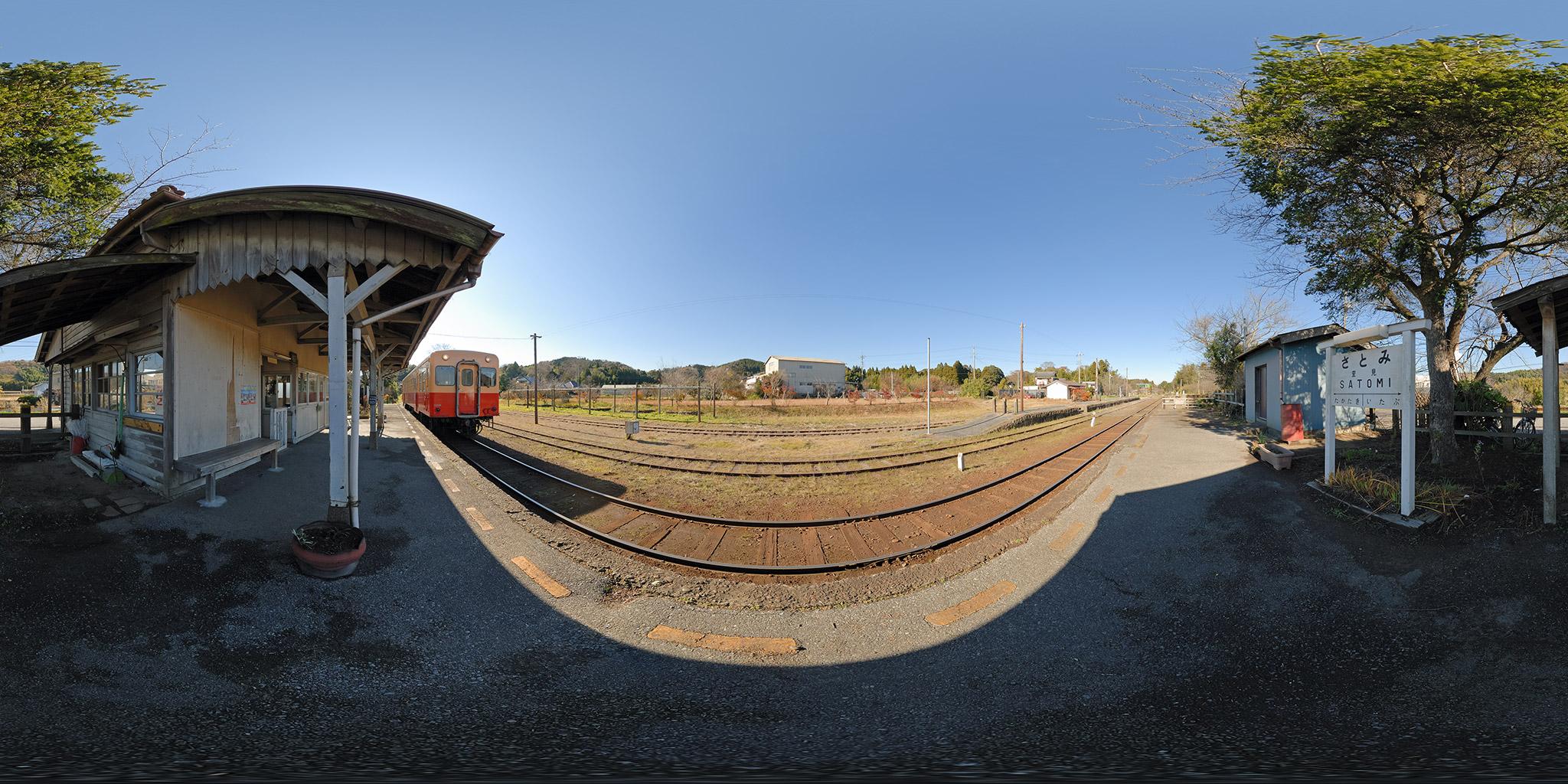 里見駅の木造駅舎と旧プラットホーム