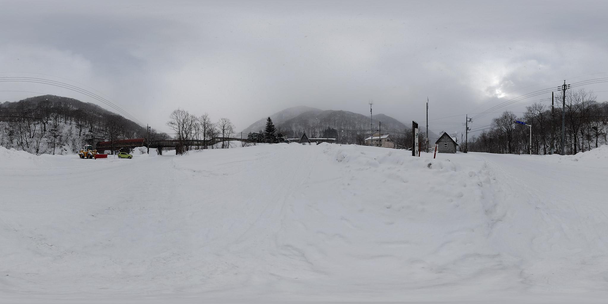 雪の土合駅前