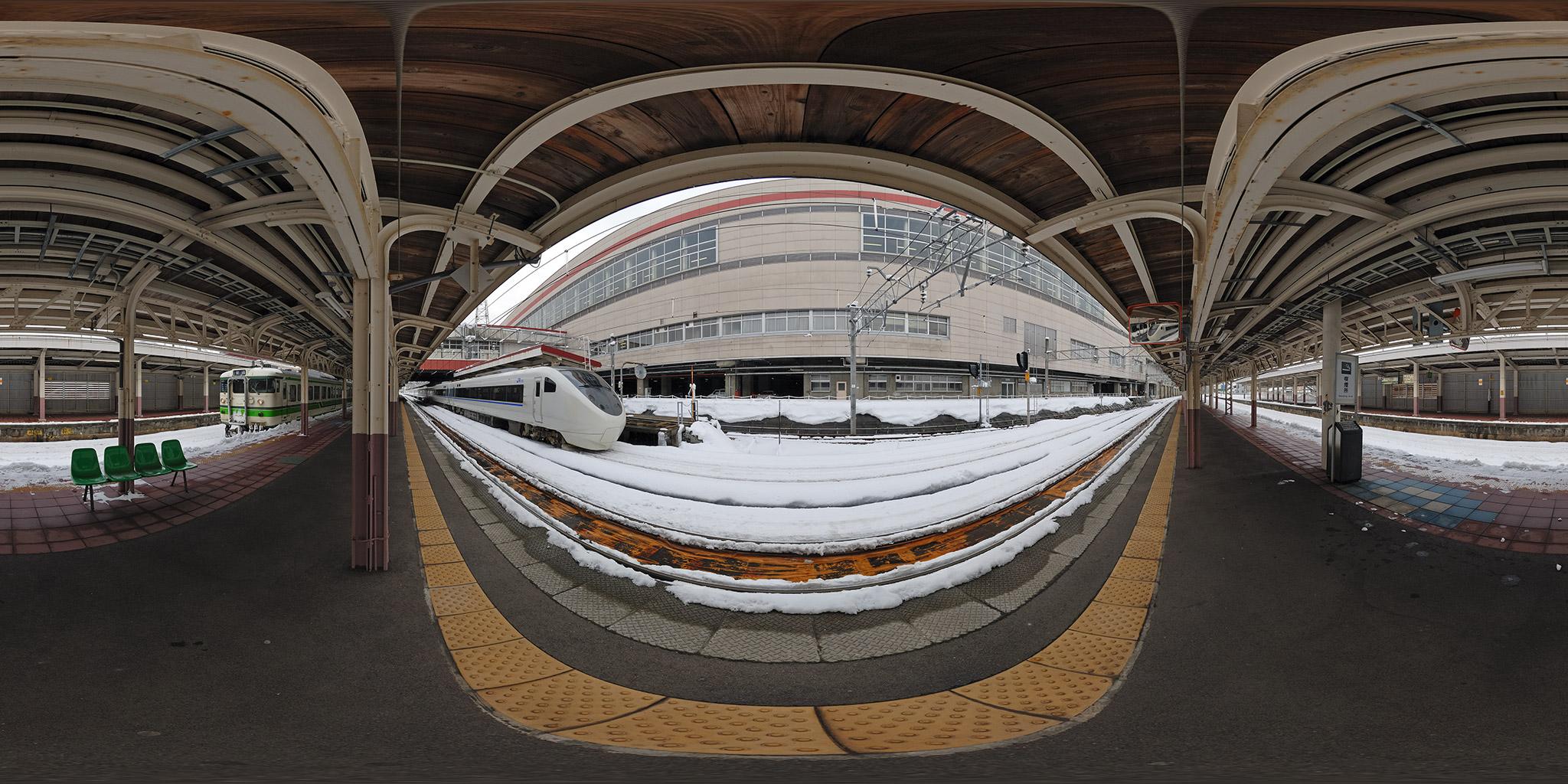 越後湯沢駅を発車する681系特急はくたか
