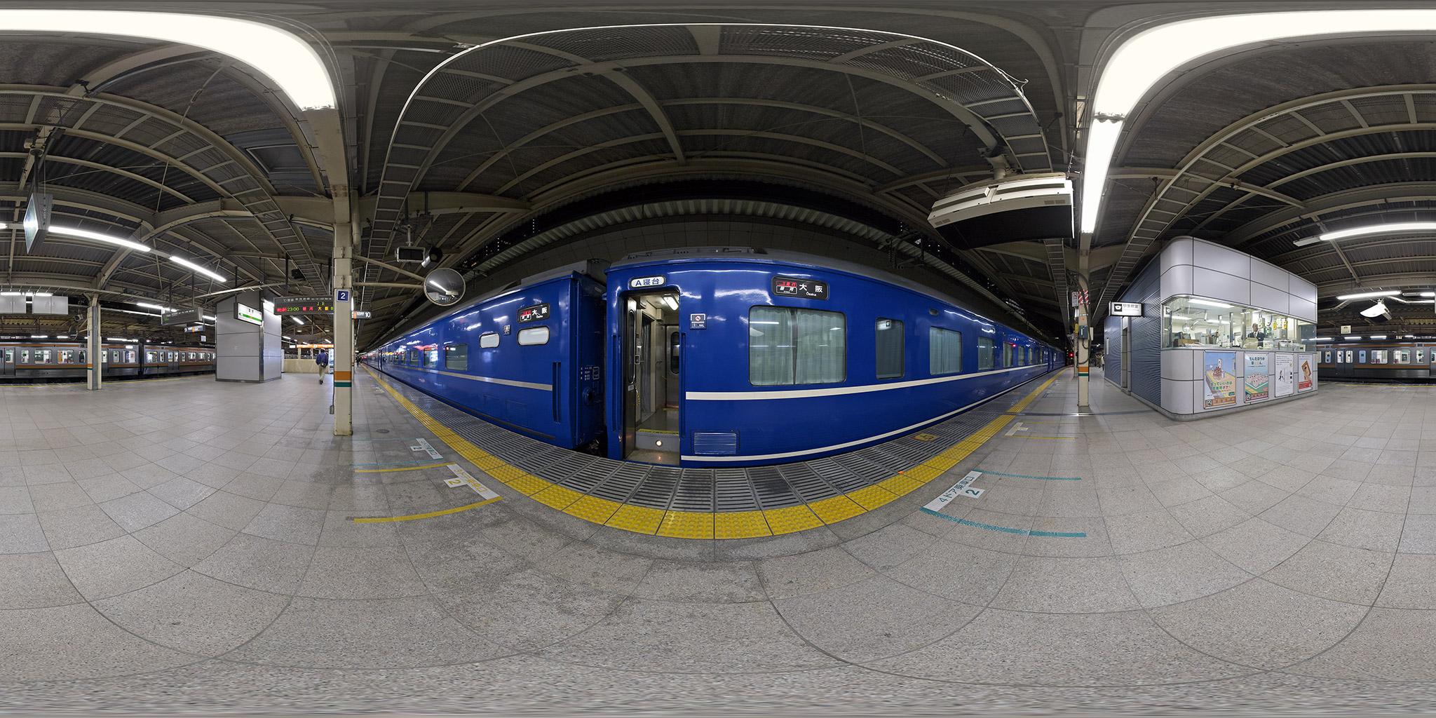 東京駅10番線に停車中の寝台急行「銀河」