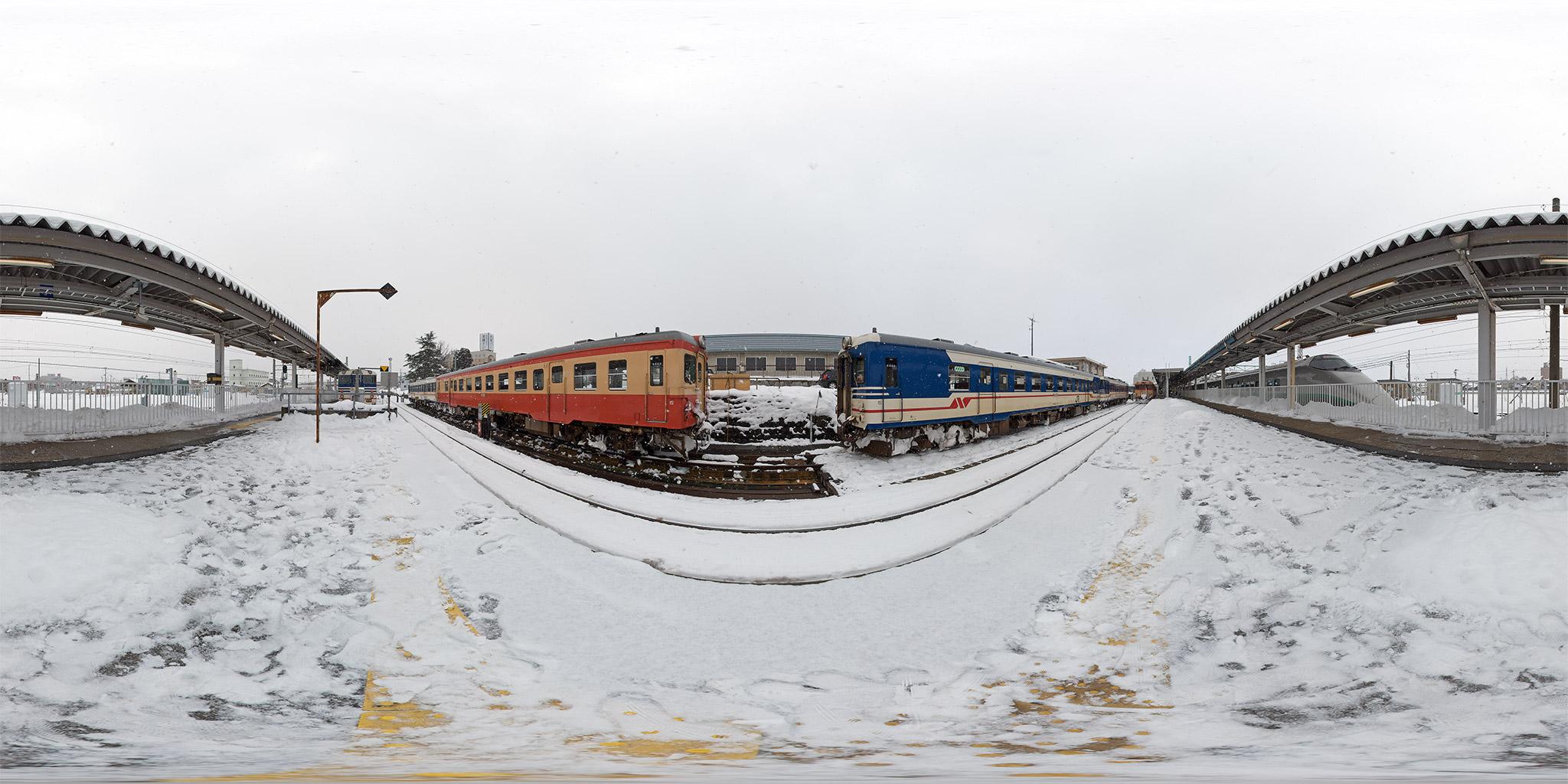 国鉄形気動車が並ぶ米坂線米沢駅構内