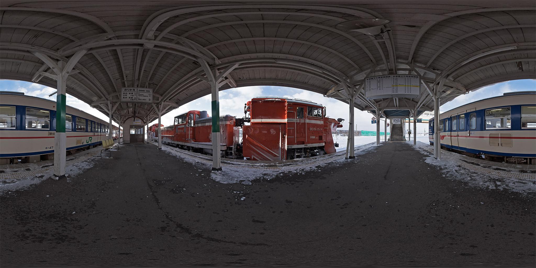 米坂線今泉駅を出発するDE15 2524