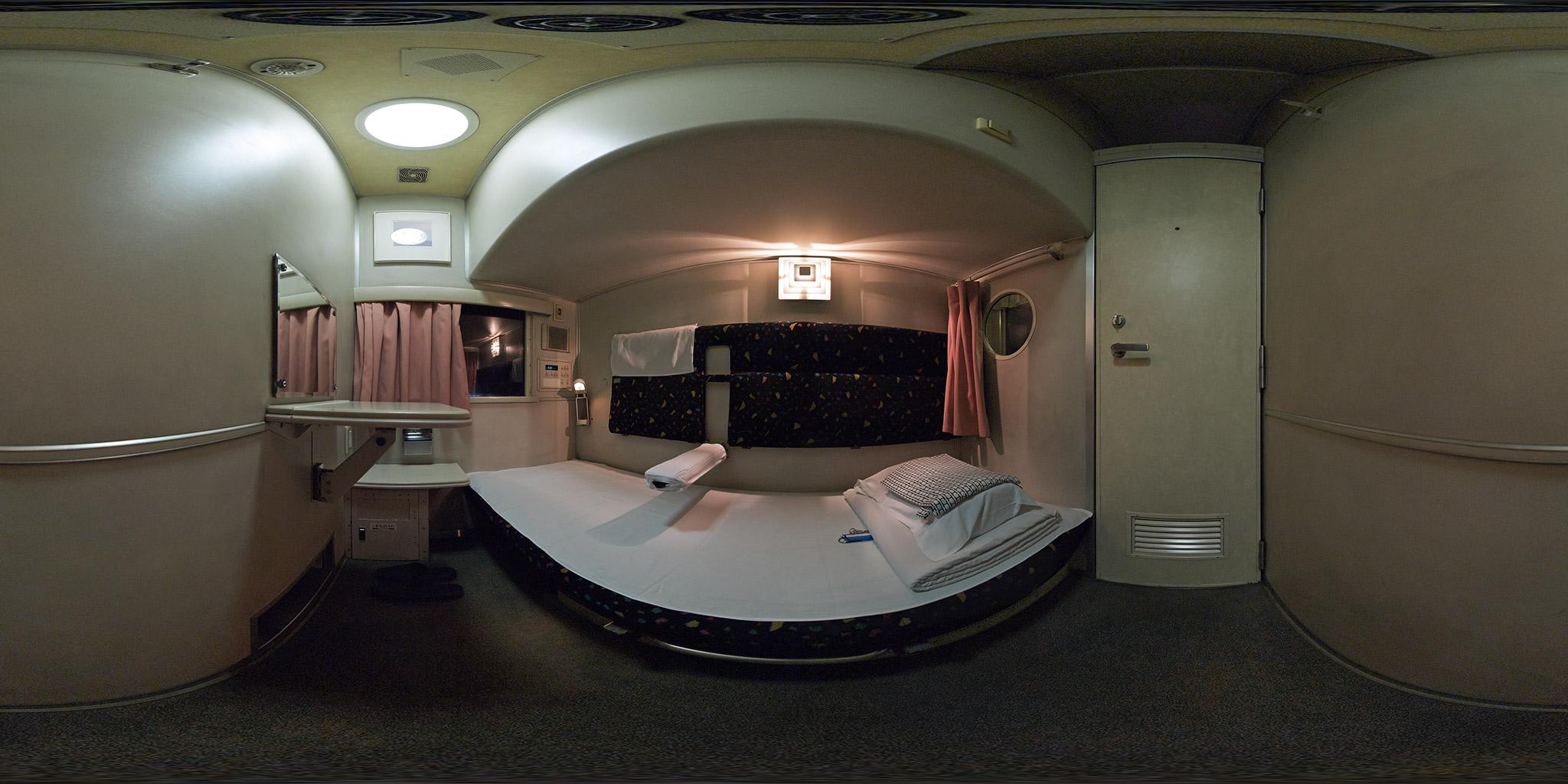 寝台特急「はやぶさ」ソロ(オハネ15-2002)車内のパノラマ