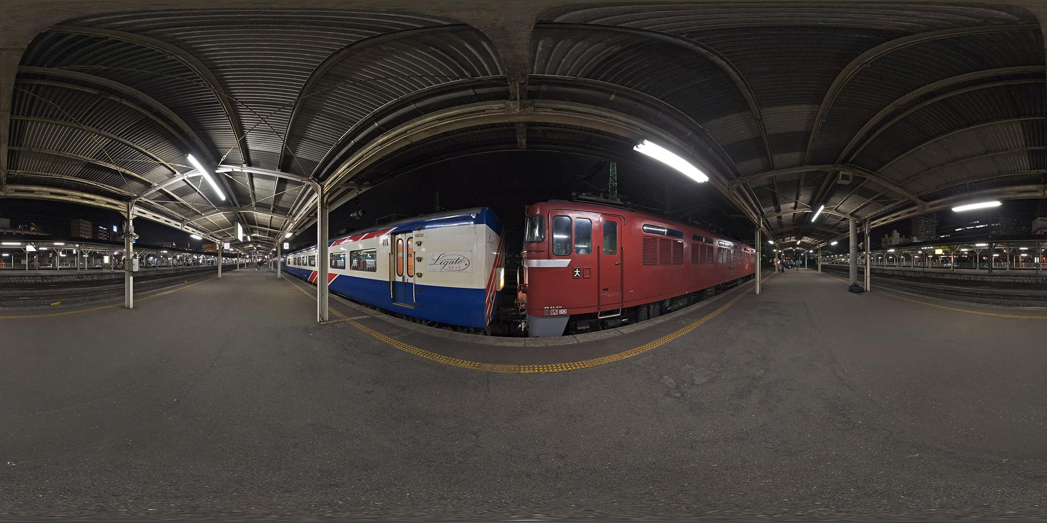長崎駅に入線した寝台特急「あかつき」