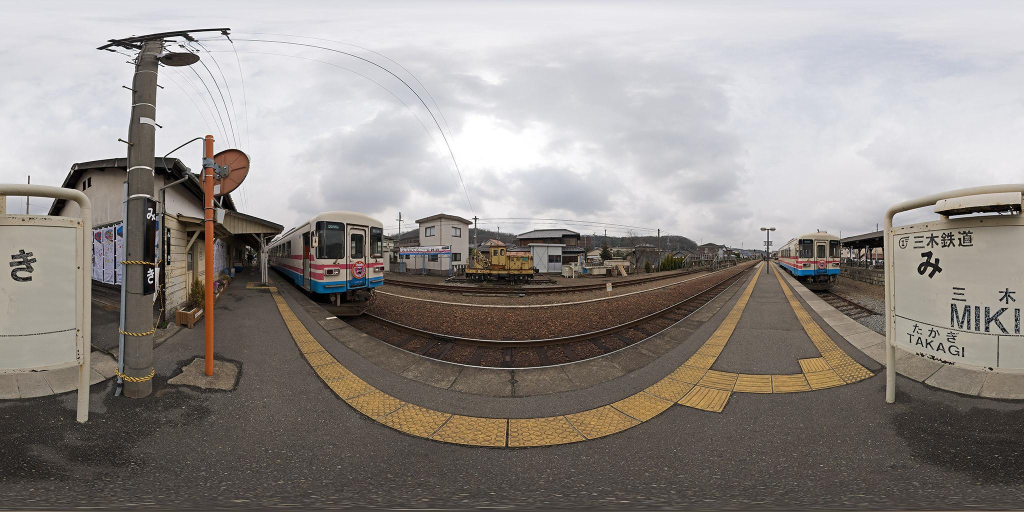 三木鉄道三木駅。ミキ300-103とミキ300-105