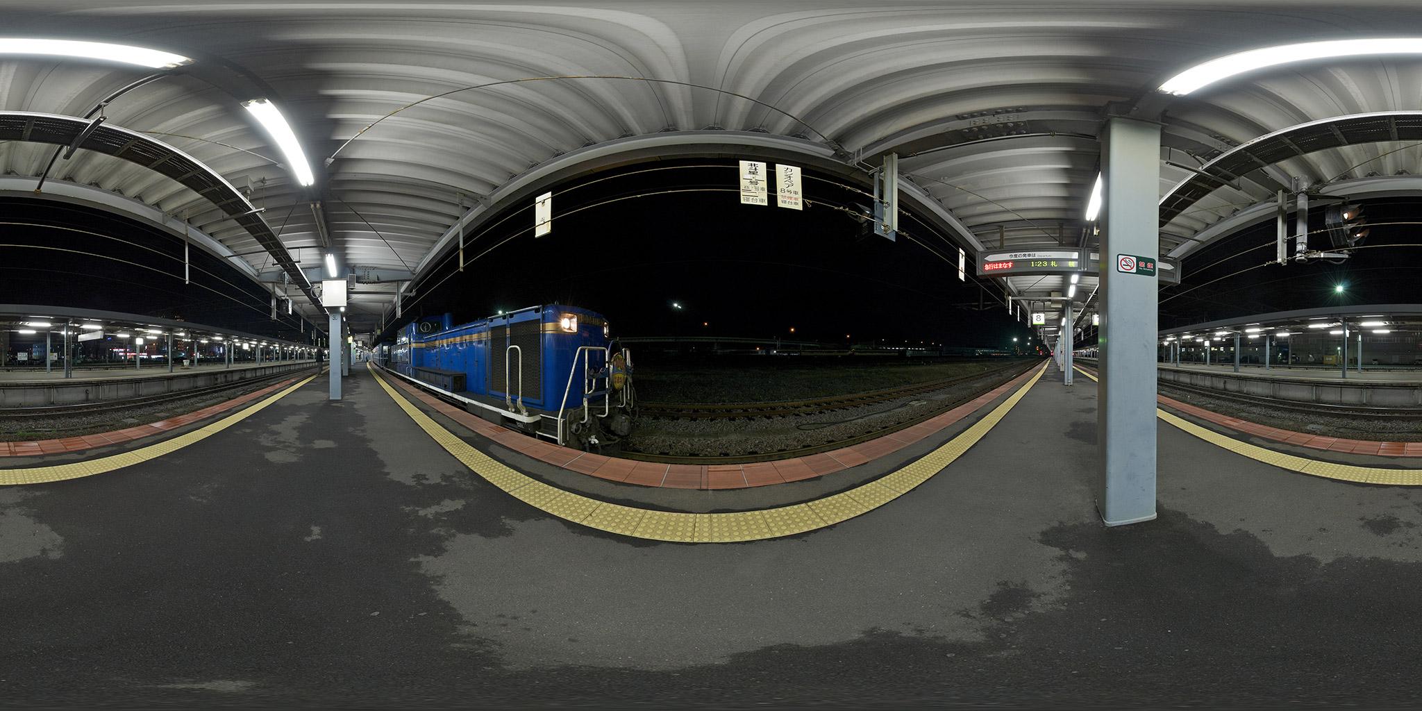 函館駅で機関車交換する急行はまなす