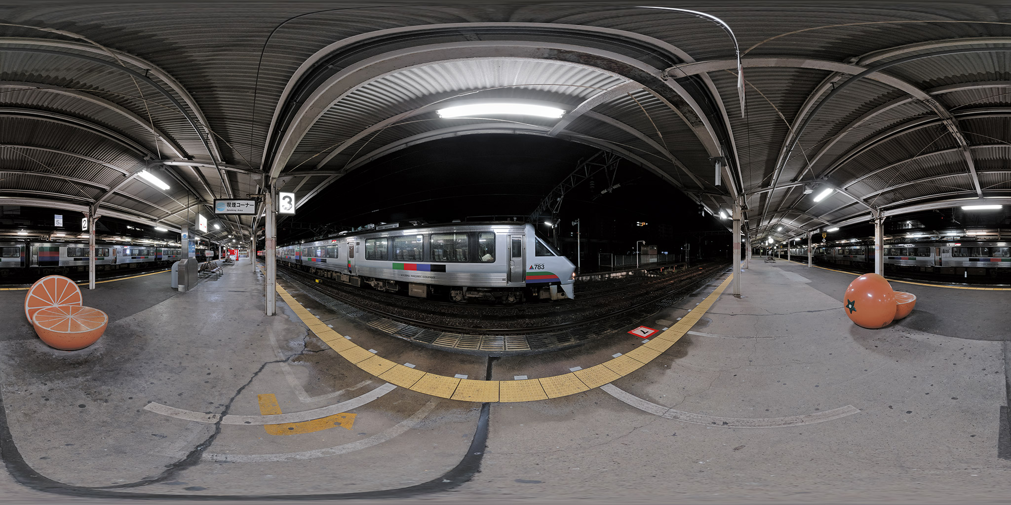 深夜の日豊本線大分駅で長時間停車する特急ドリームにちりん