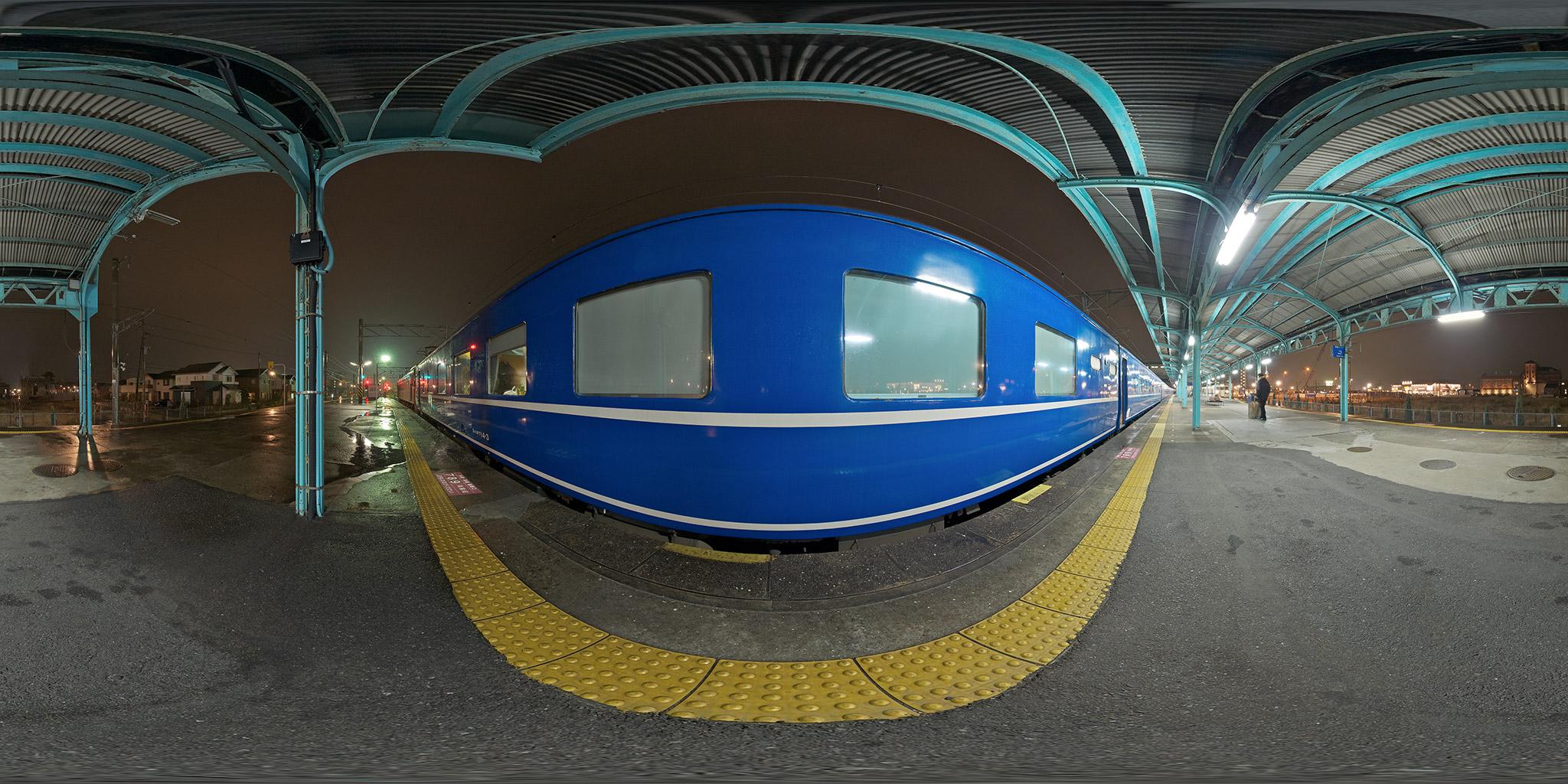 門司駅を発車する東京行き「富士・はやぶさ」