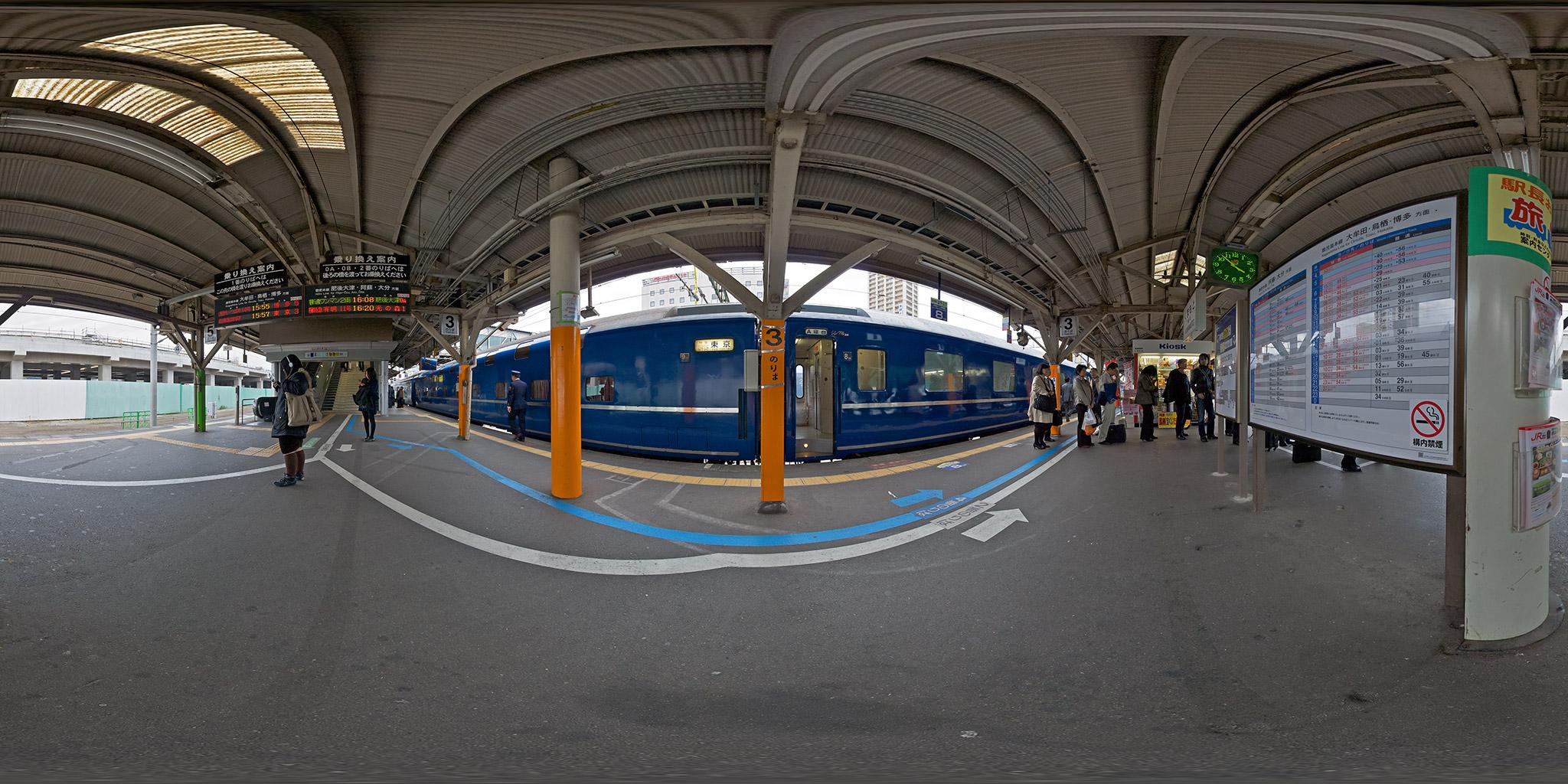 熊本駅を出発する寝台特急「はやぶさ」
