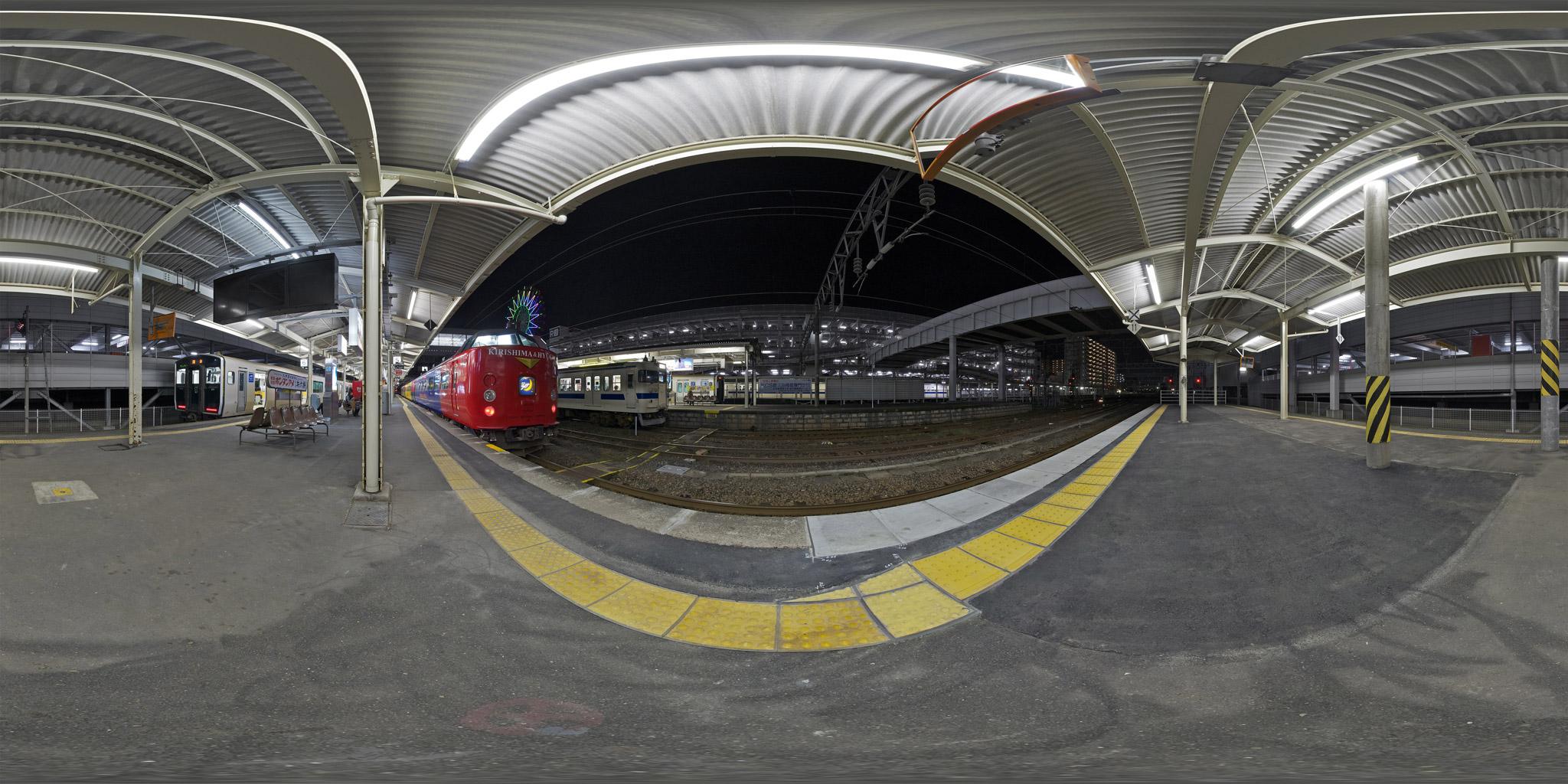鹿児島中央駅を発車する485系特急きりしま