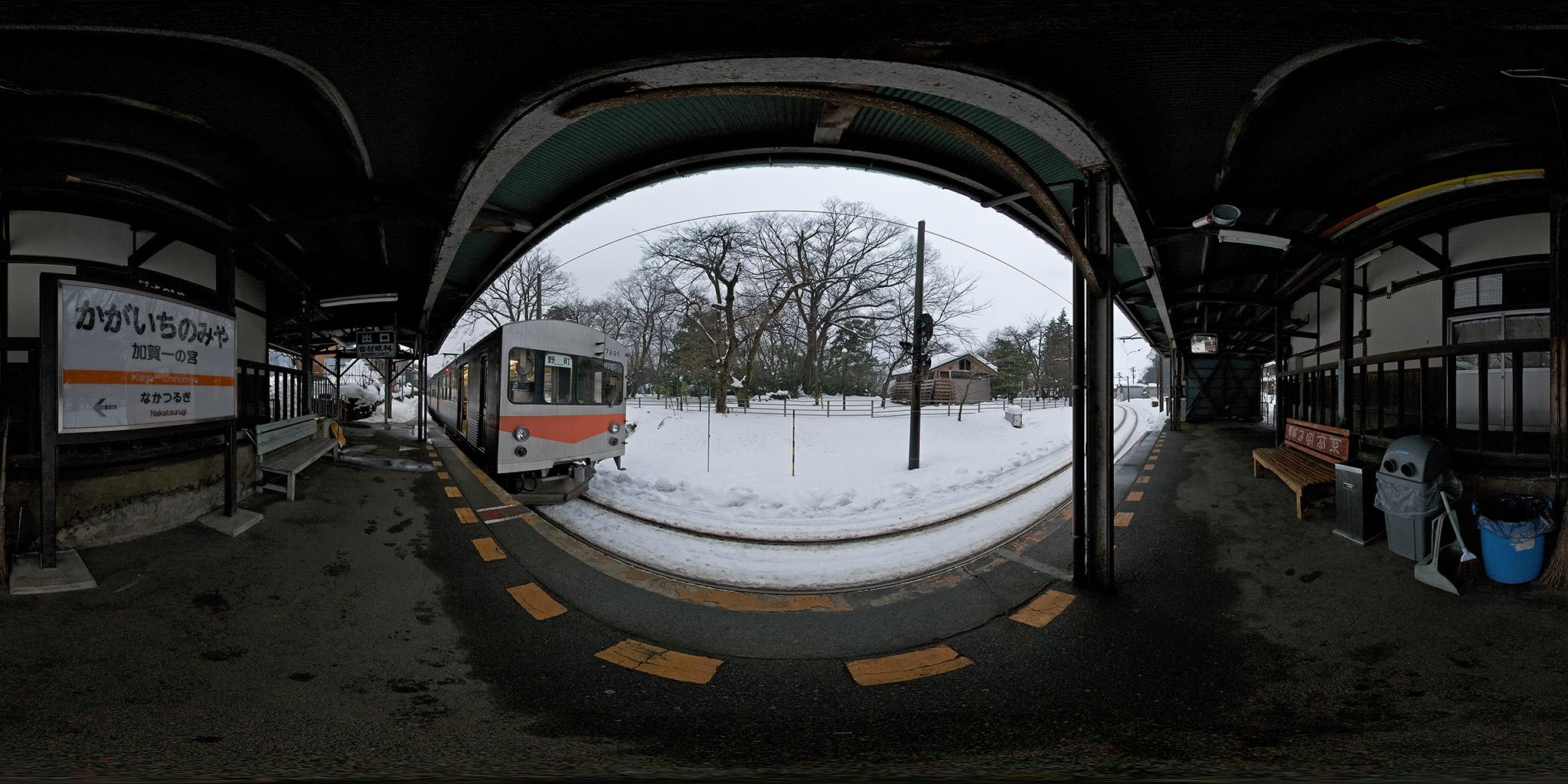加賀一の宮駅を発車する7200系