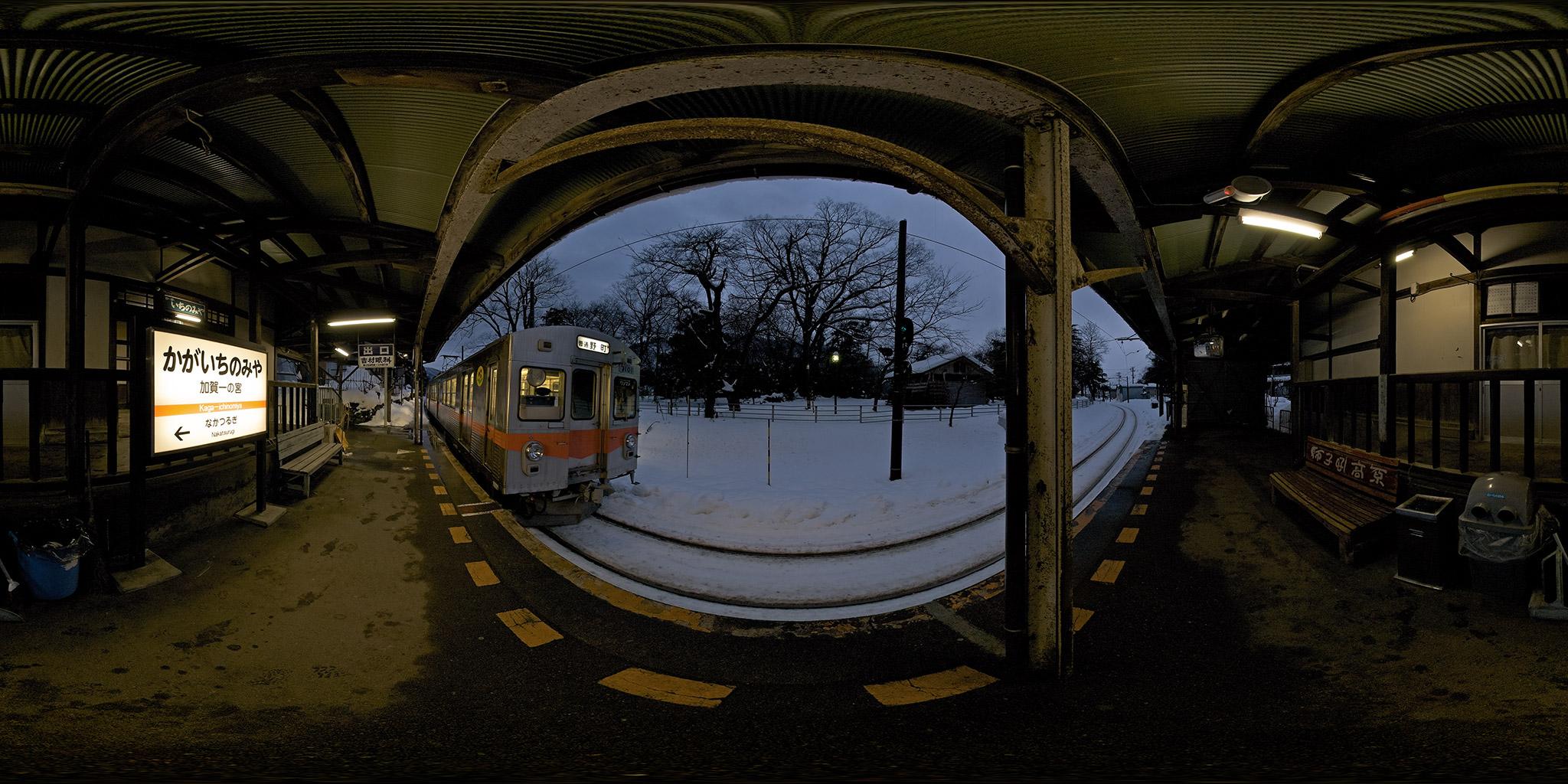 加賀一の宮駅に到着した7100系
