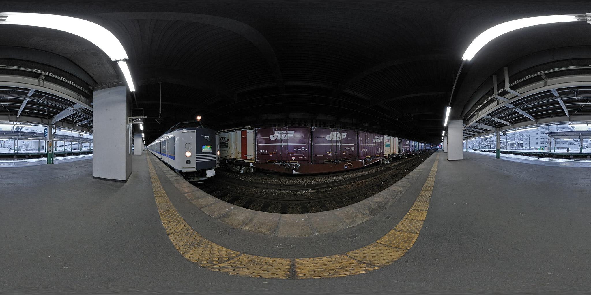 長岡駅に停車中の急行きたぐに