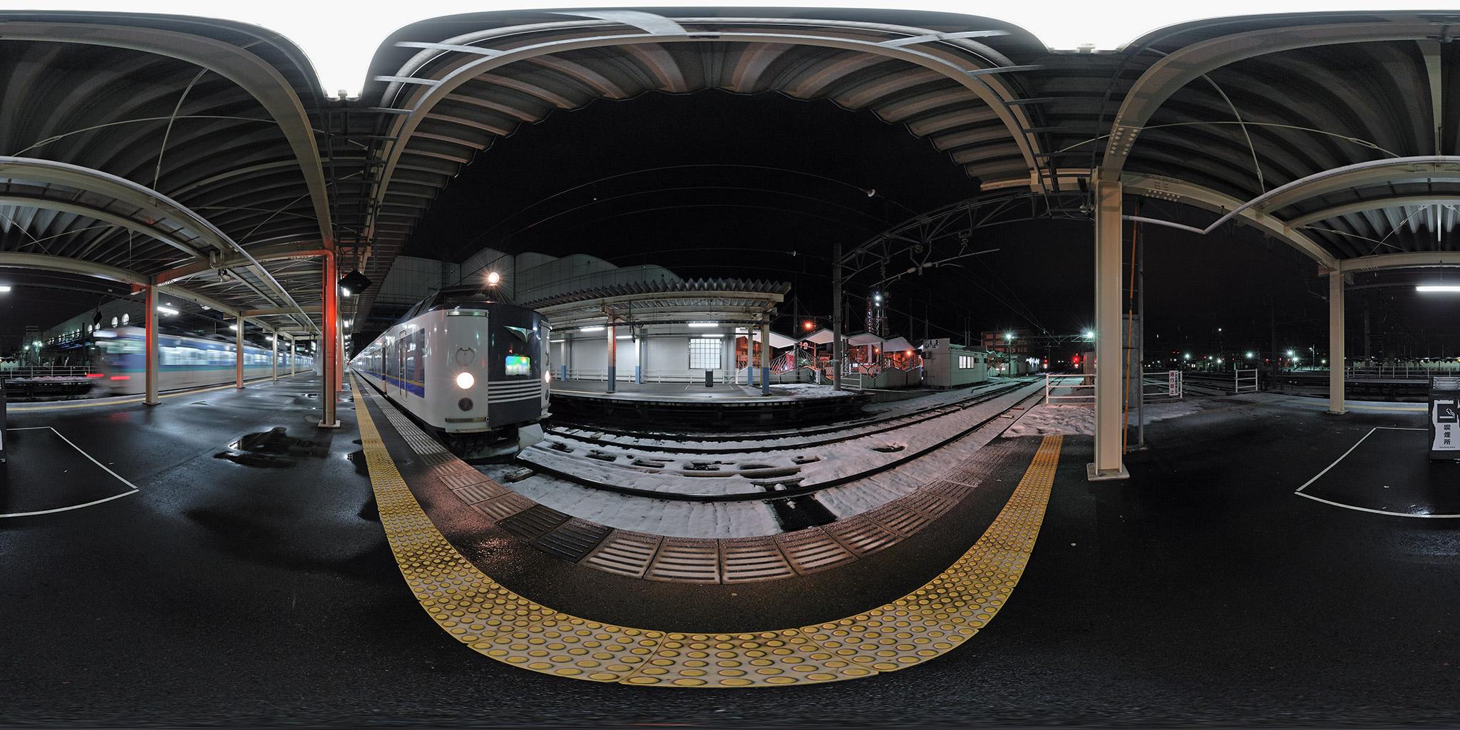 直江津駅に到着した583系急行きたぐに