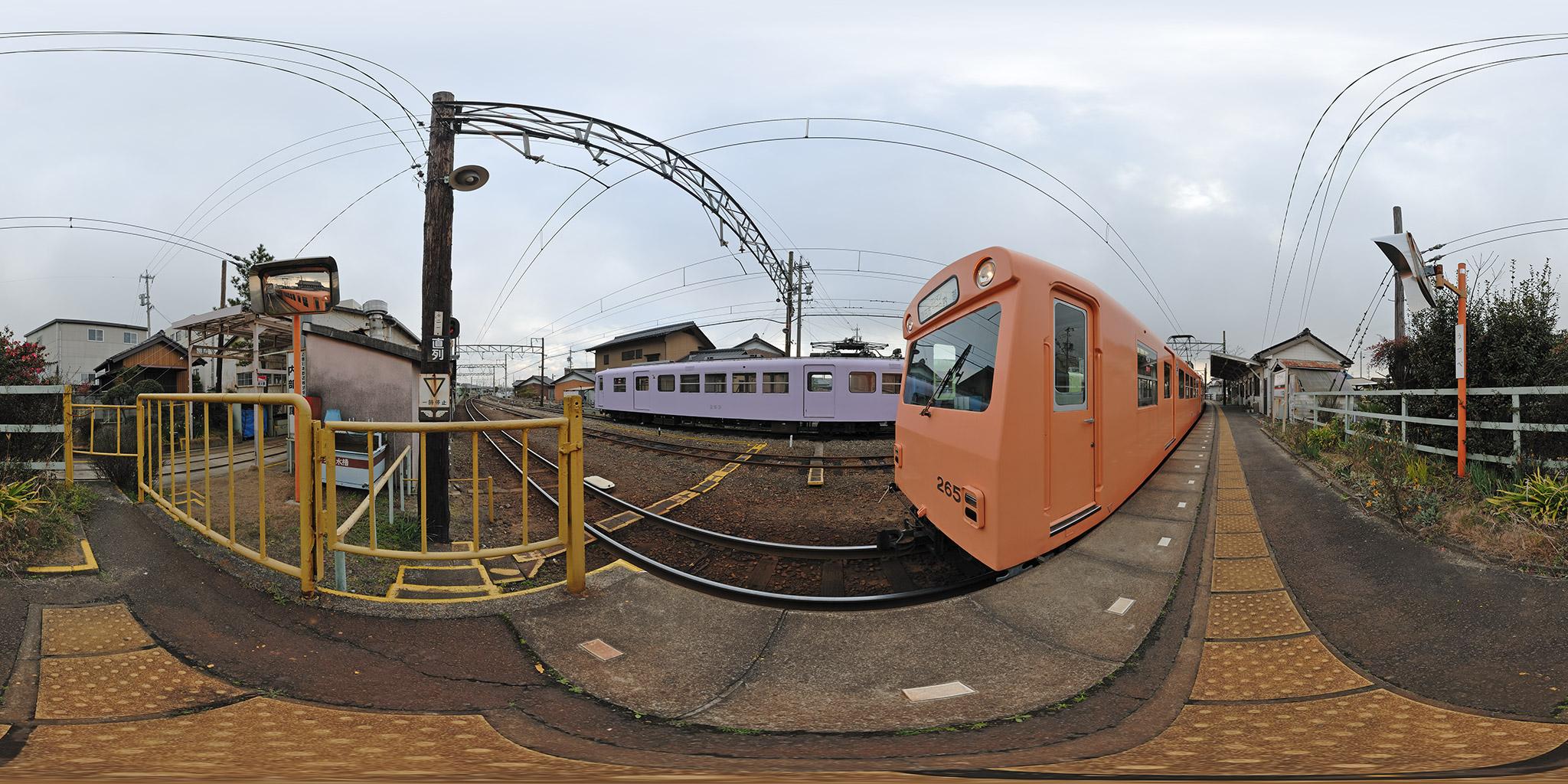 内部駅を発車する260系