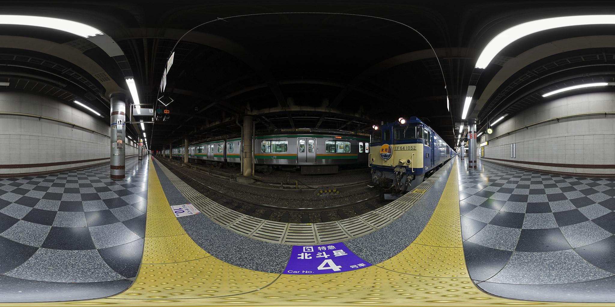 上野駅を出発する寝台特急「北陸」EF64-1052