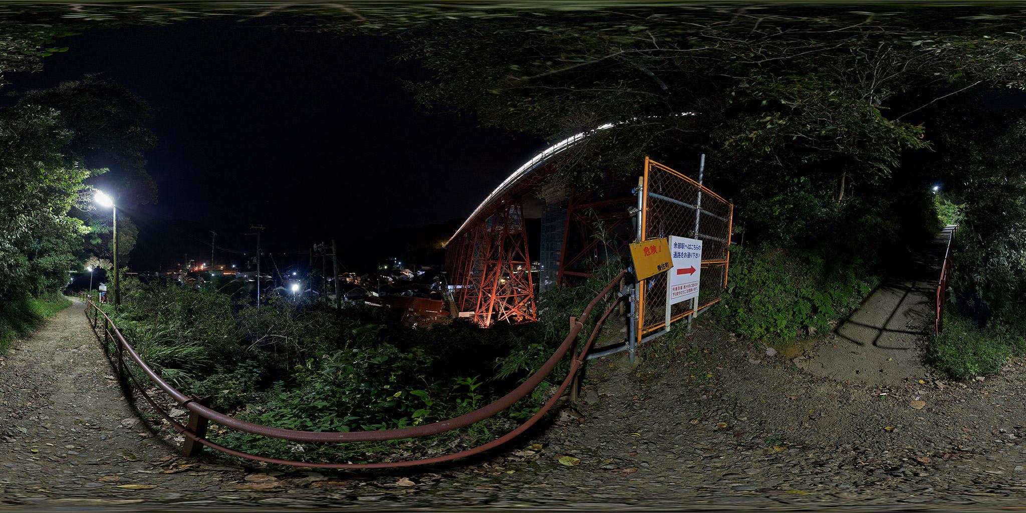 余部鉄橋を通過する普通列車