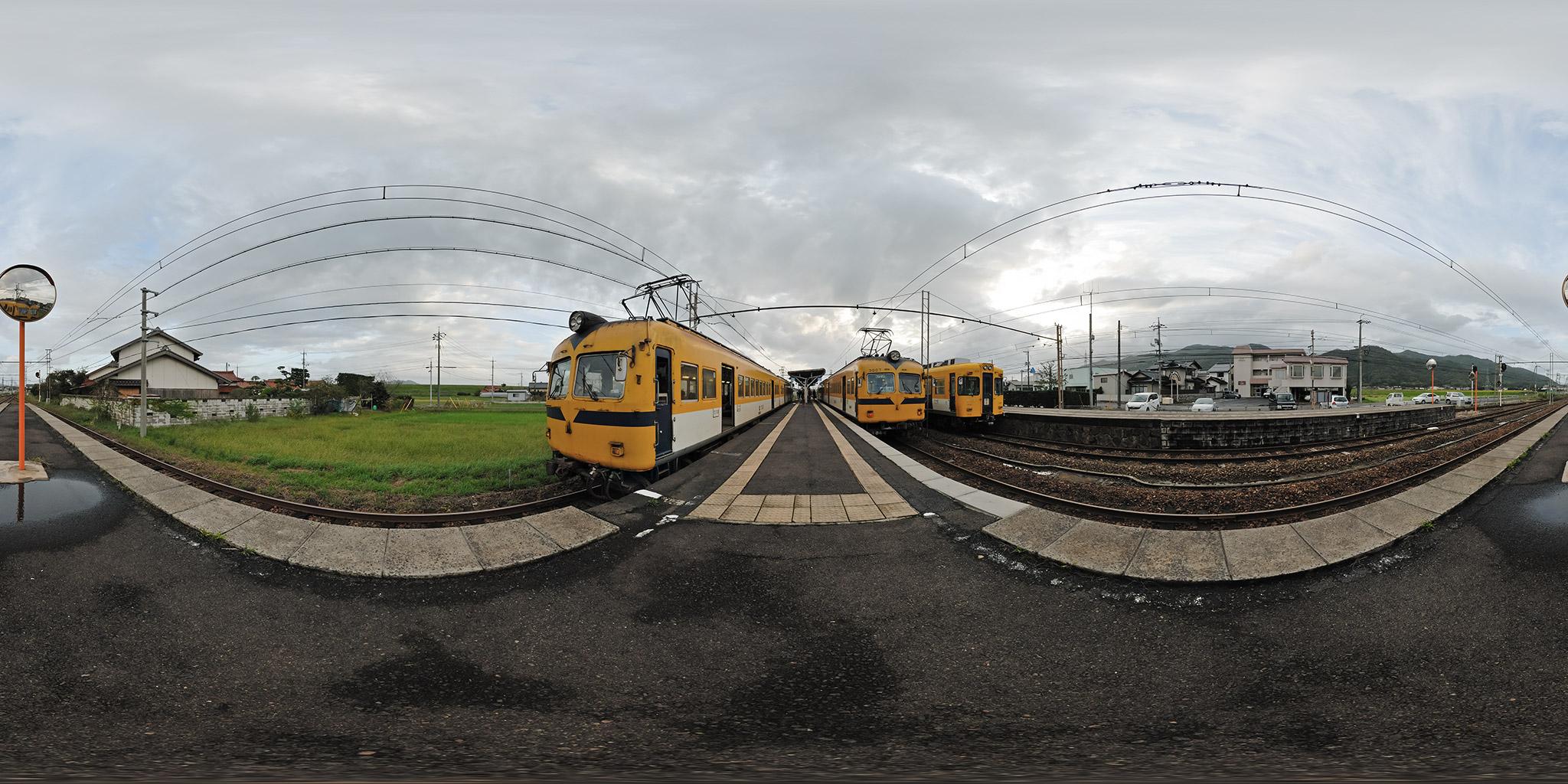 3本の列車が並ぶ一畑電車川跡駅