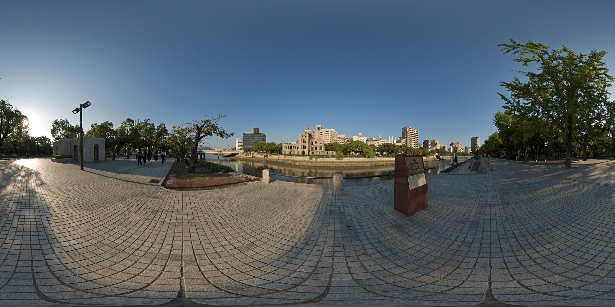夕暮れの相生橋から眺めた原爆ドームと広島の街