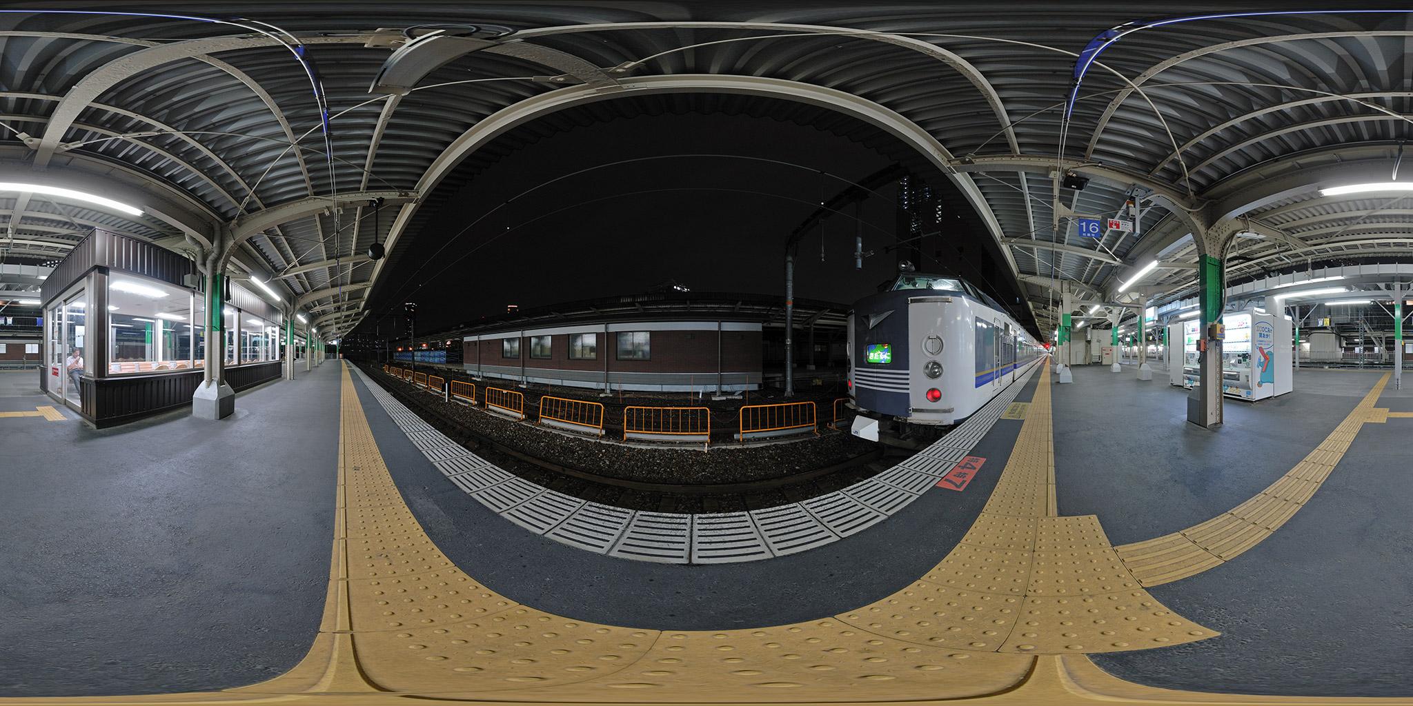 大阪駅に入線した急行きたぐに(583系B4編成)