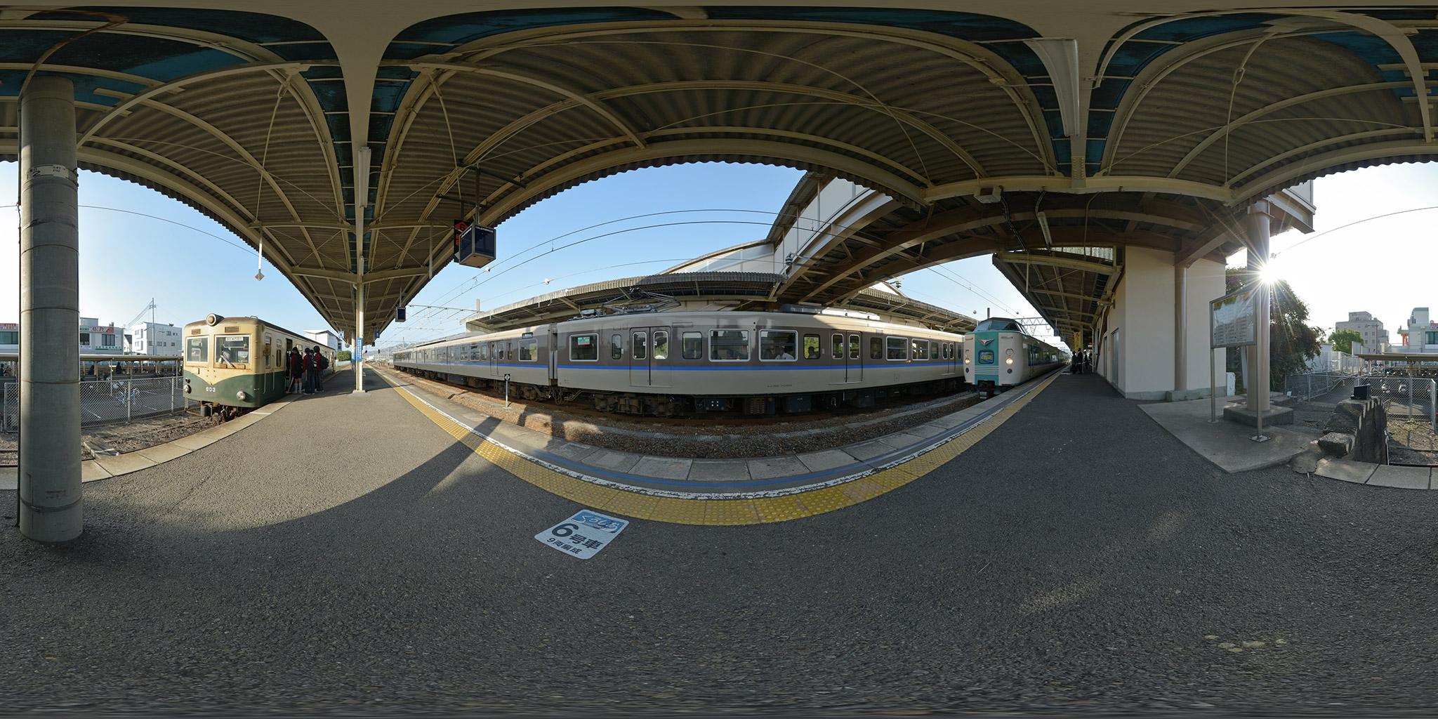 御坊駅で381系「スーパーくろしお」と並ぶ紀州鉄道キハ603