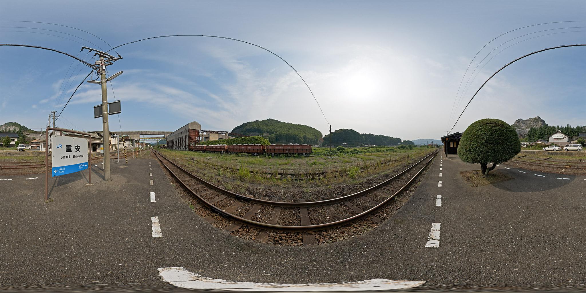 重安駅のホッパーと石灰石専用貨物列車