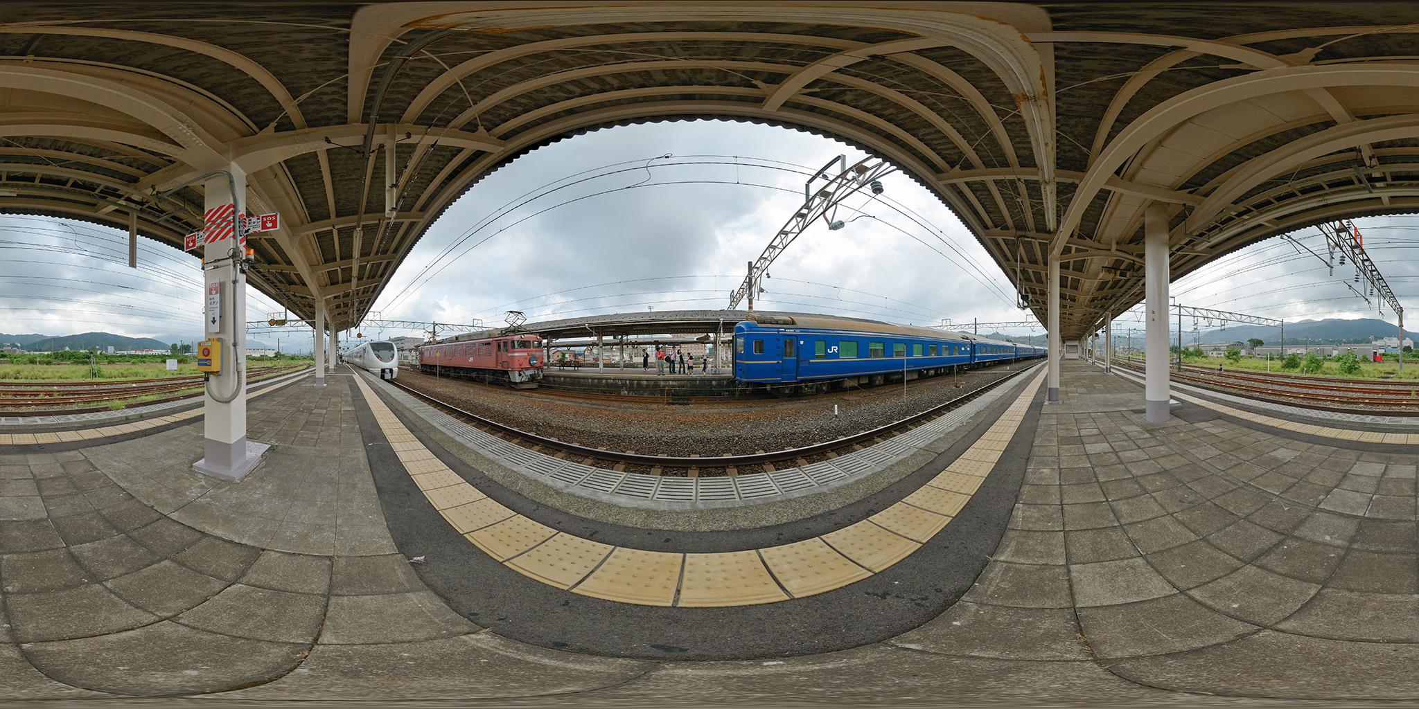 北陸本線敦賀駅で機関車交換する寝台特急日本海