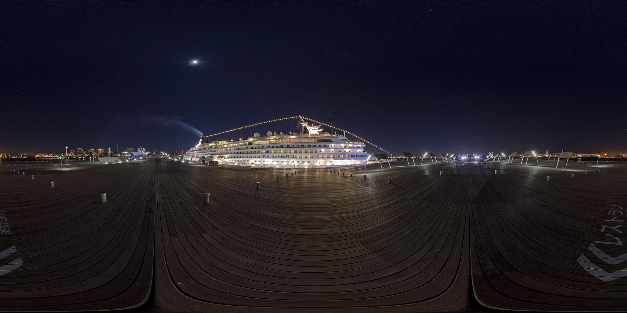 横浜港大さん橋国際客船ターミナルと横浜夜景