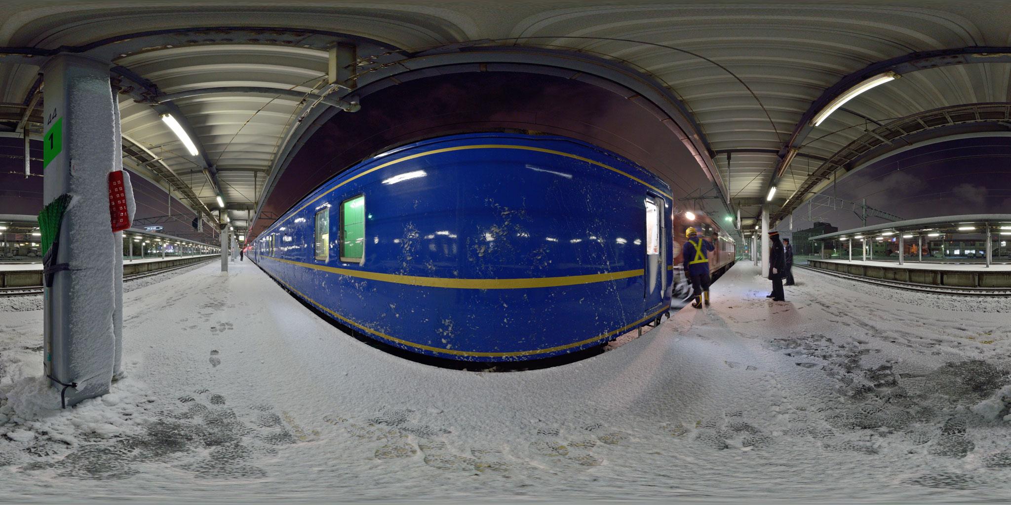 吹雪の函館駅でED79に交換する寝台特急「北斗星」