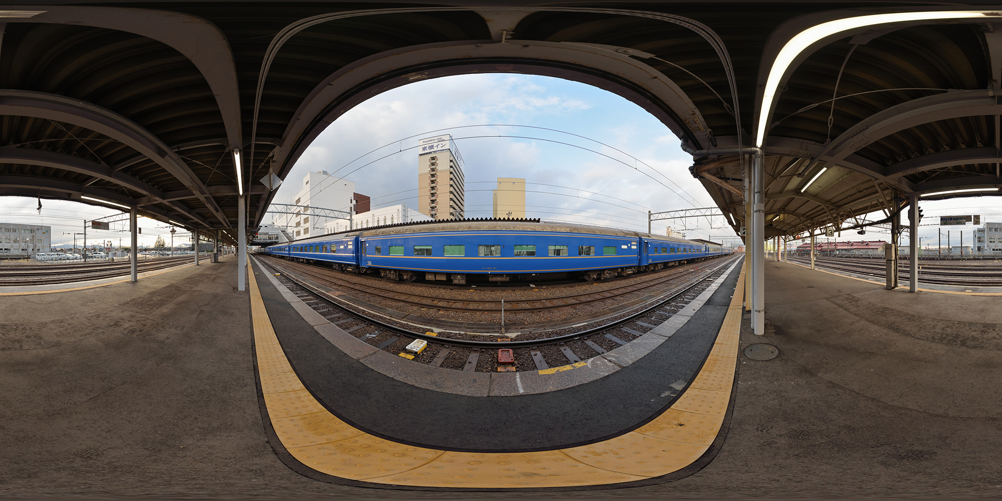 弘前駅に到着した寝台特急日本海