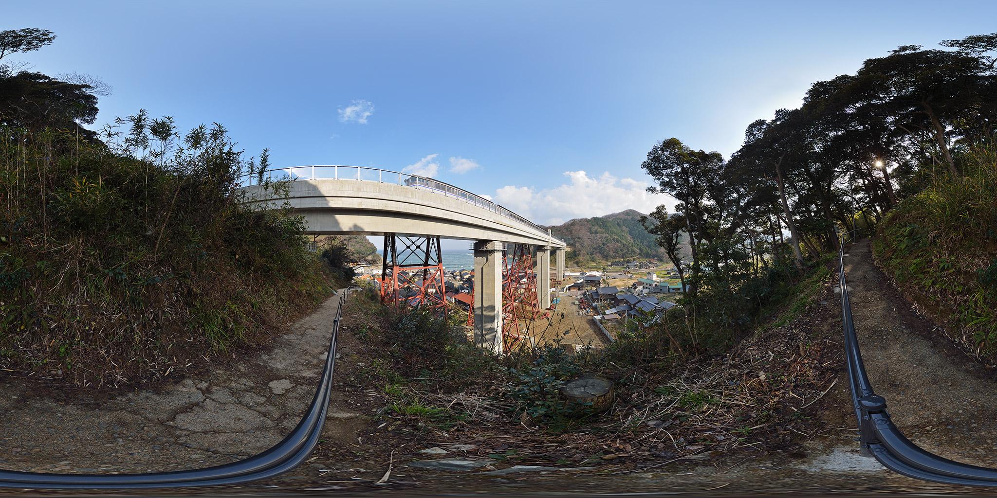 新しくなった余部橋梁をキハ181系が通過する