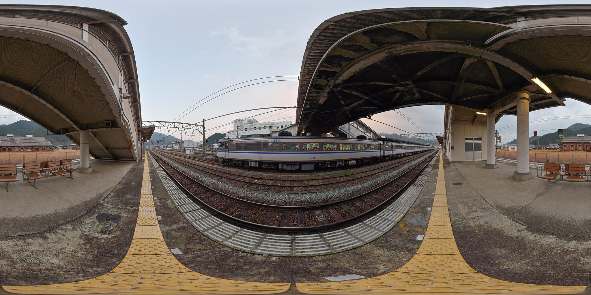 和田山駅を発車するキハ181系「かにカニはまかぜ」