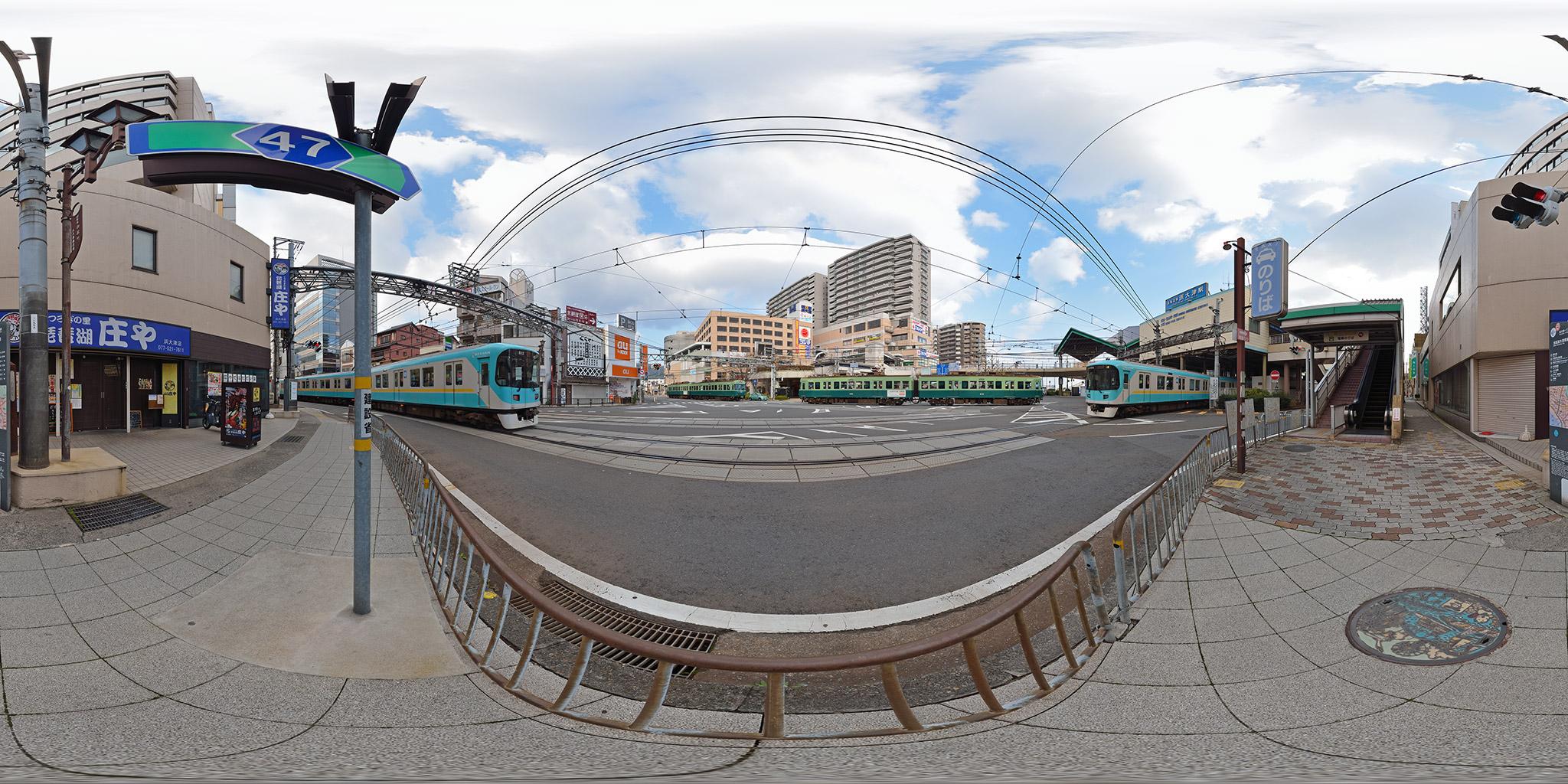 京阪電車が行き交う浜大津駅前の交差点