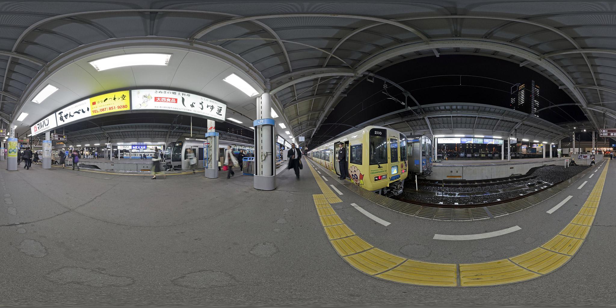 予讃線高松駅の快速マリンライナーと特急いしづち