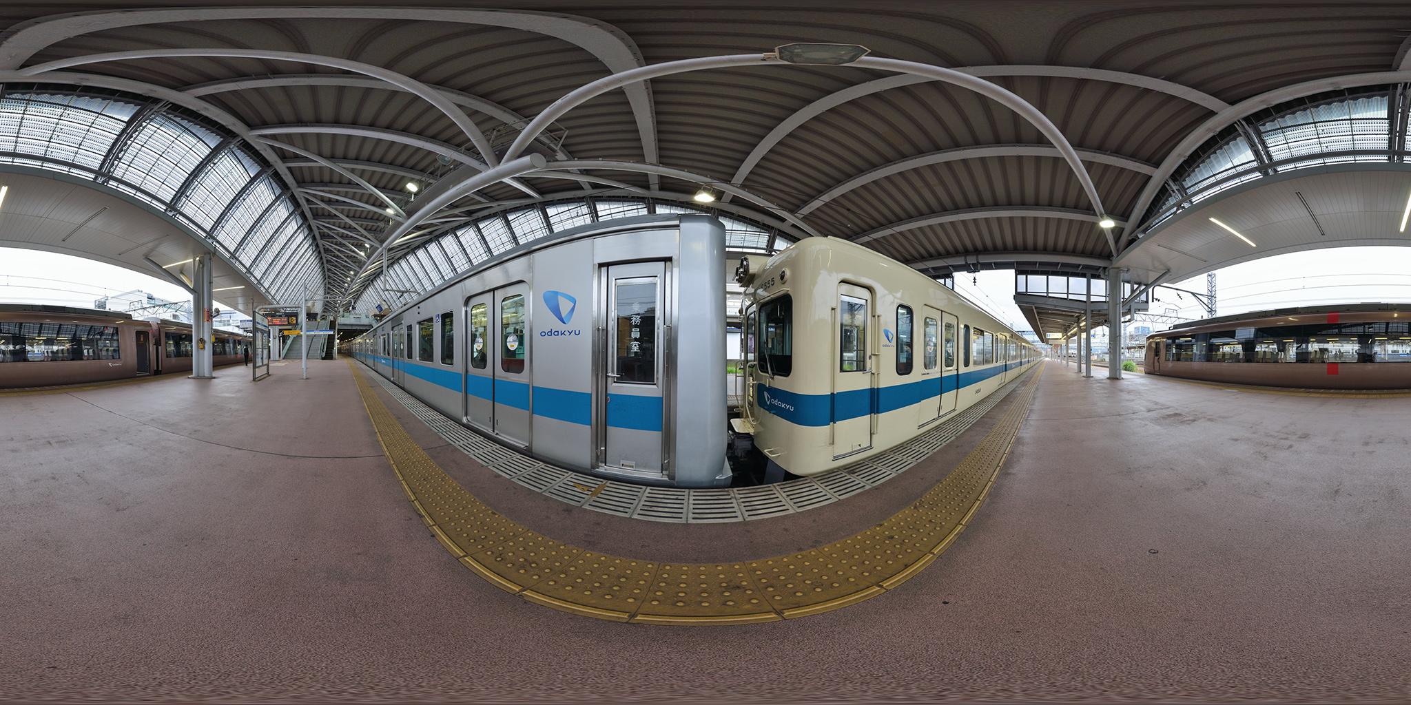 小田原駅を発車する5000形5255編成