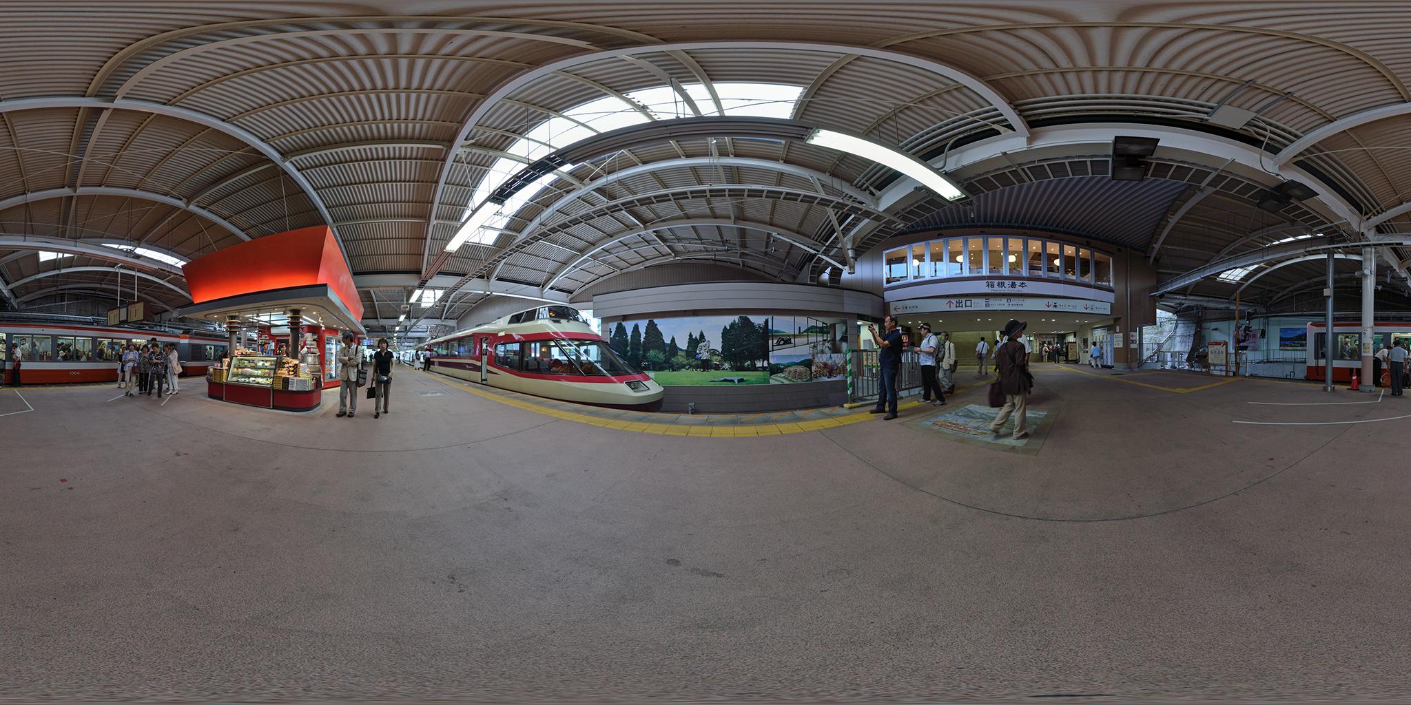 箱根湯本駅を出発するロマンスカーHiSE「はこね」