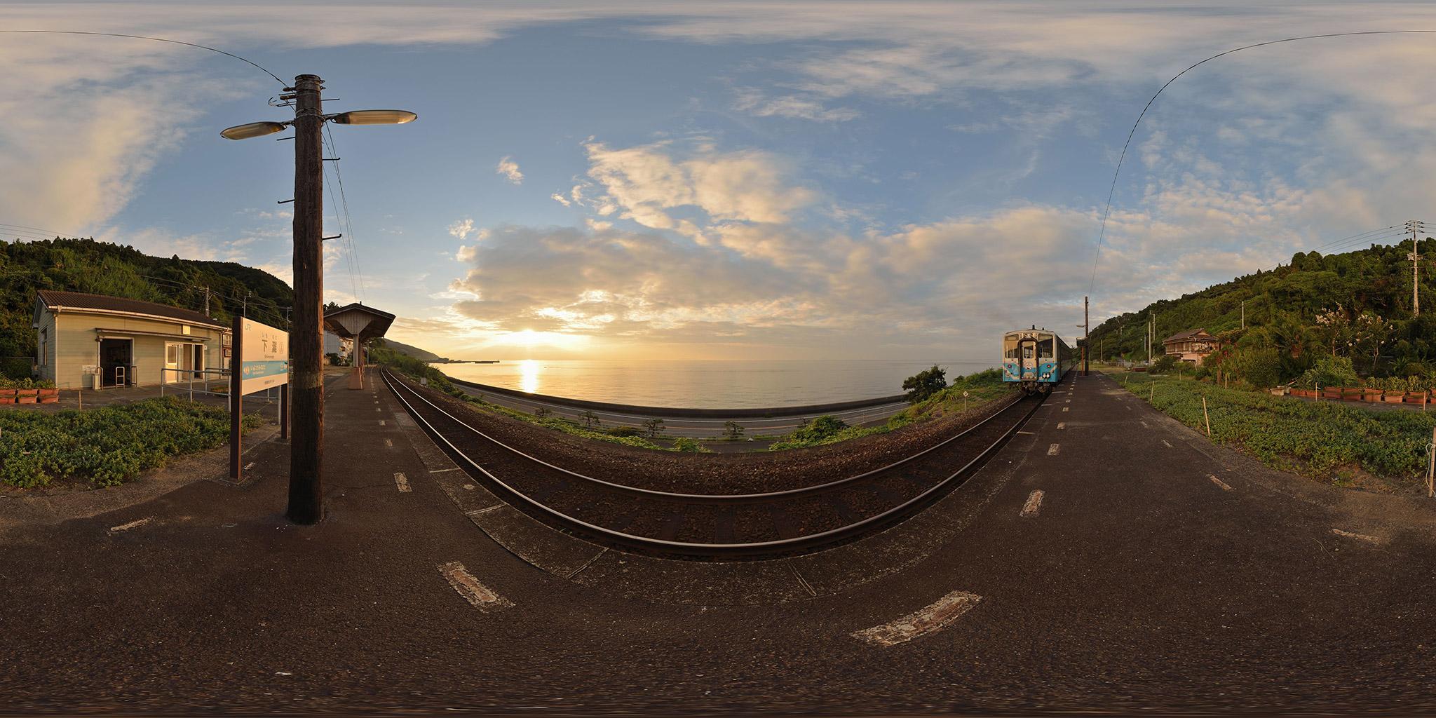 予讃線下灘駅と伊予灘に輝く夕日