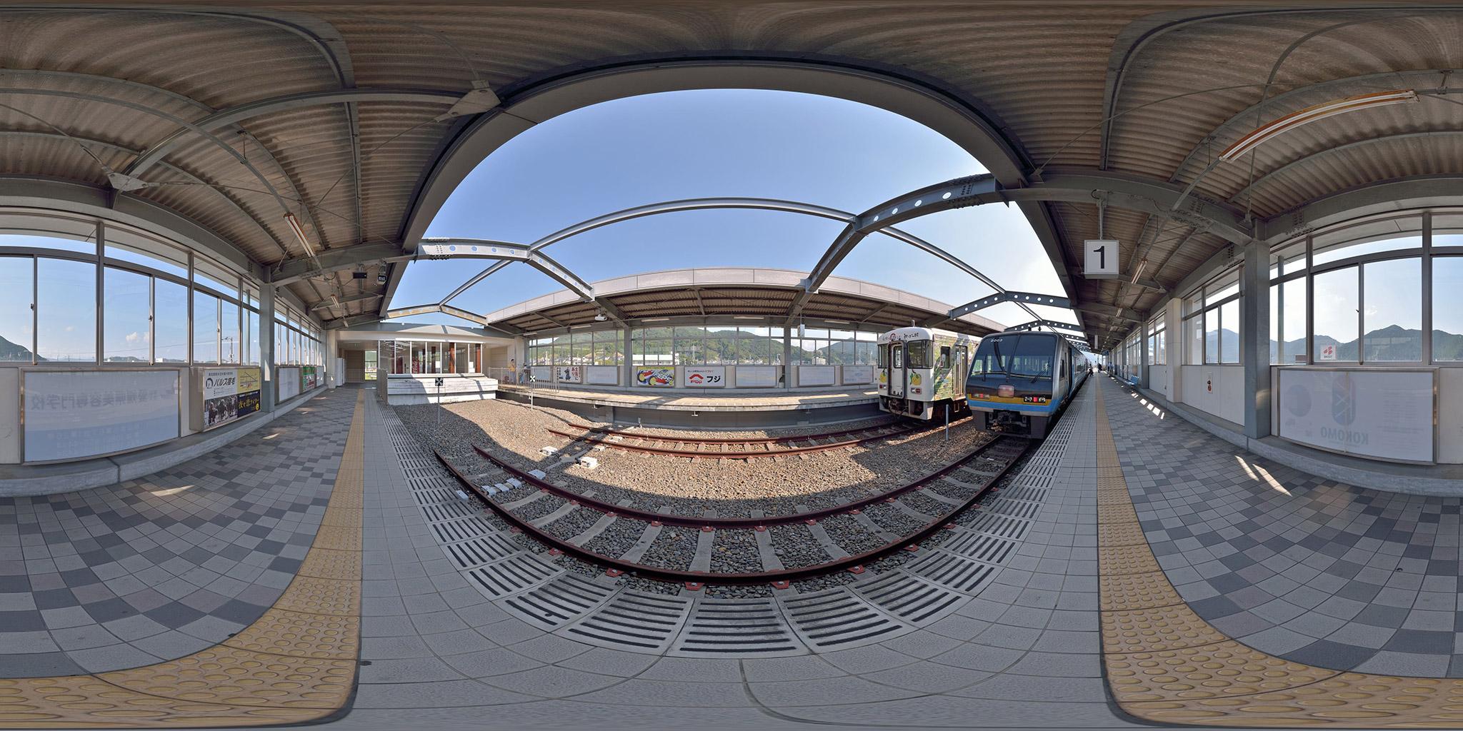 中村・宿毛線の終着、宿毛駅にて。TKT8000形と2000系